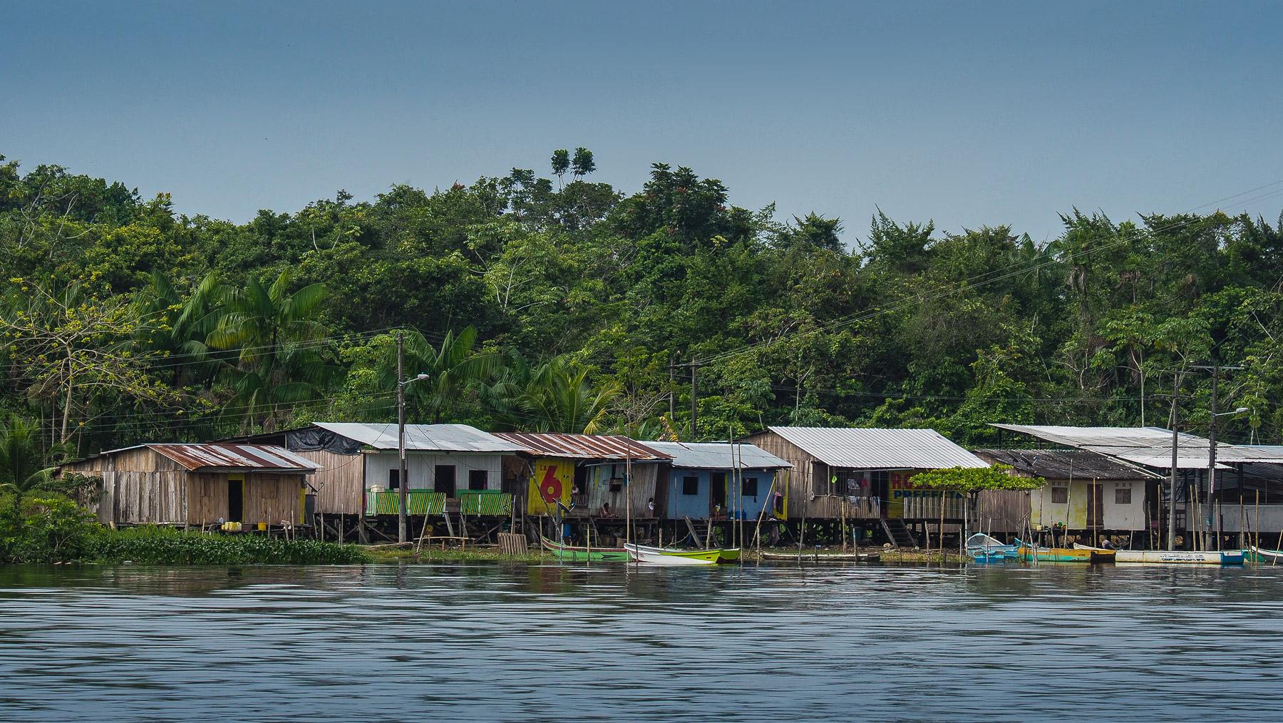 Unsere Bootsfahrt führt vorbei an Siedlungen am Fluss…
