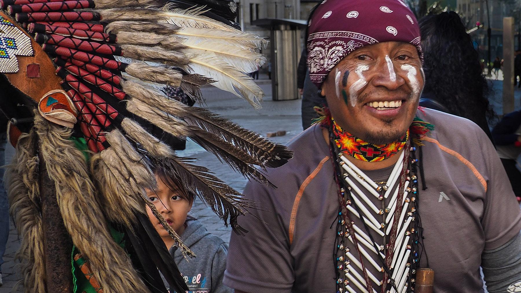 Indigener Straßenkünstler in einem quirligen Teil Bogota`s