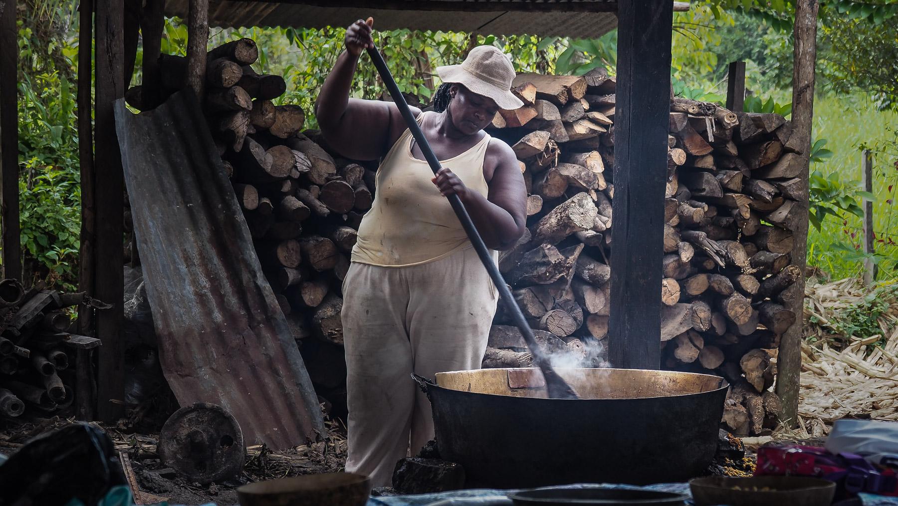Hier wird Zuckerrohr-Sirup zu einer sehr kalorienreichen Kokossüßigkeit eingekocht