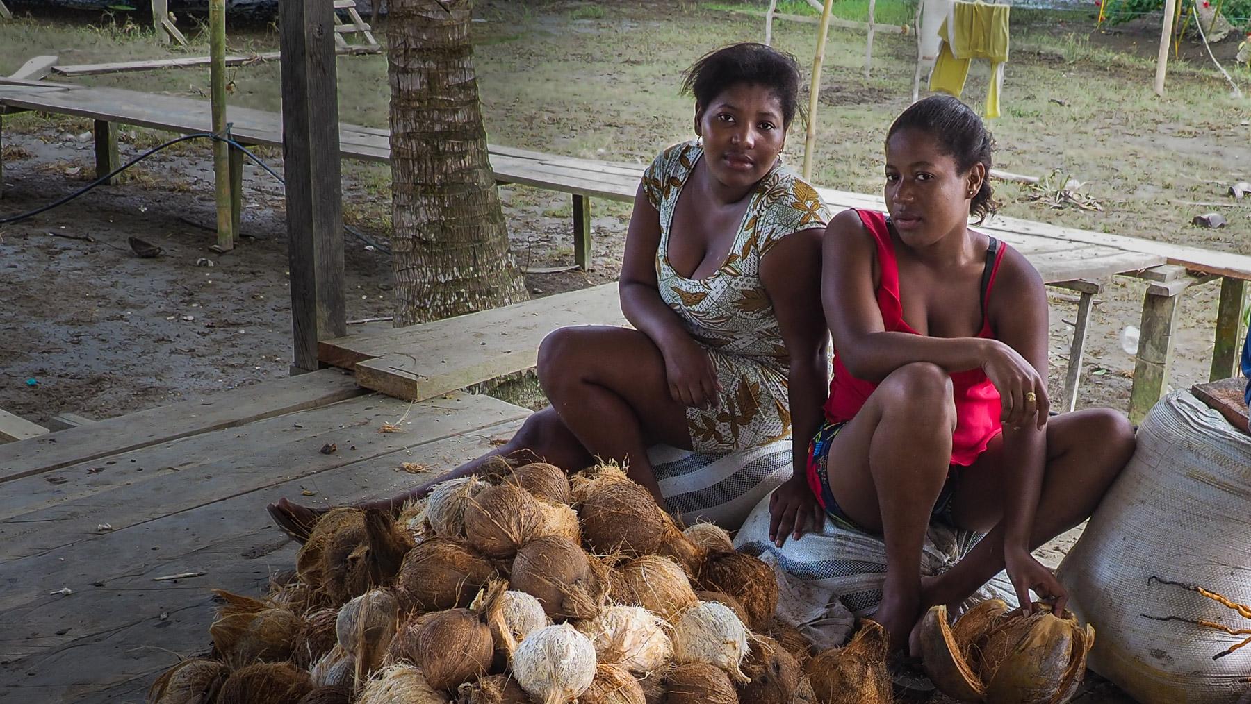Kokosnüsse schälen, eine mühsame Arbeit
