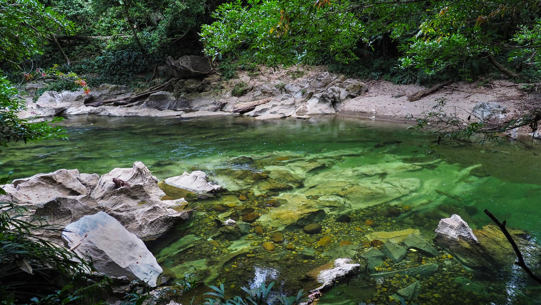 Rio Claro mit Marmorstrand