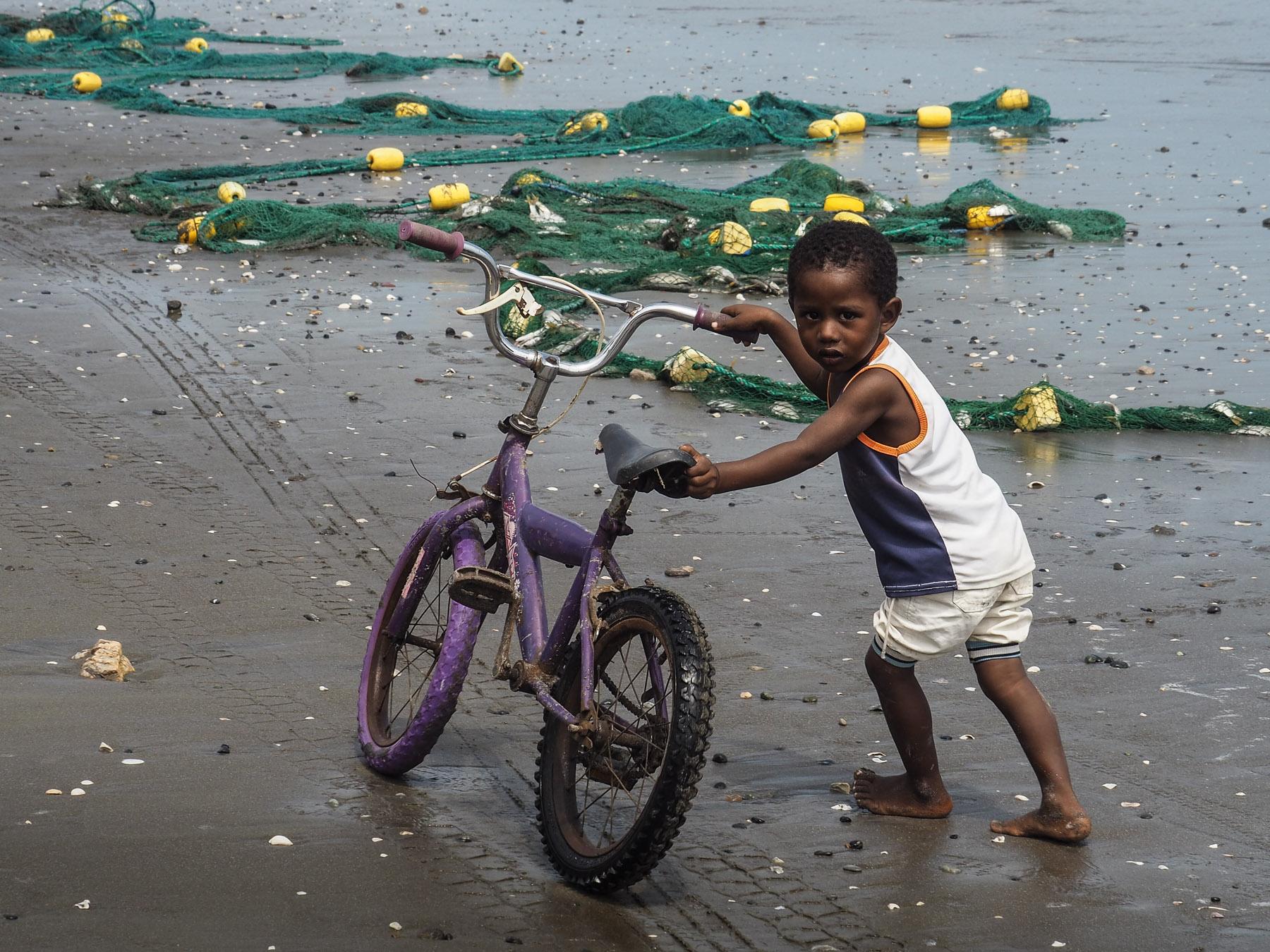 Der Kleine hat Spaß mit dem Fahrrad seines großen Bruders