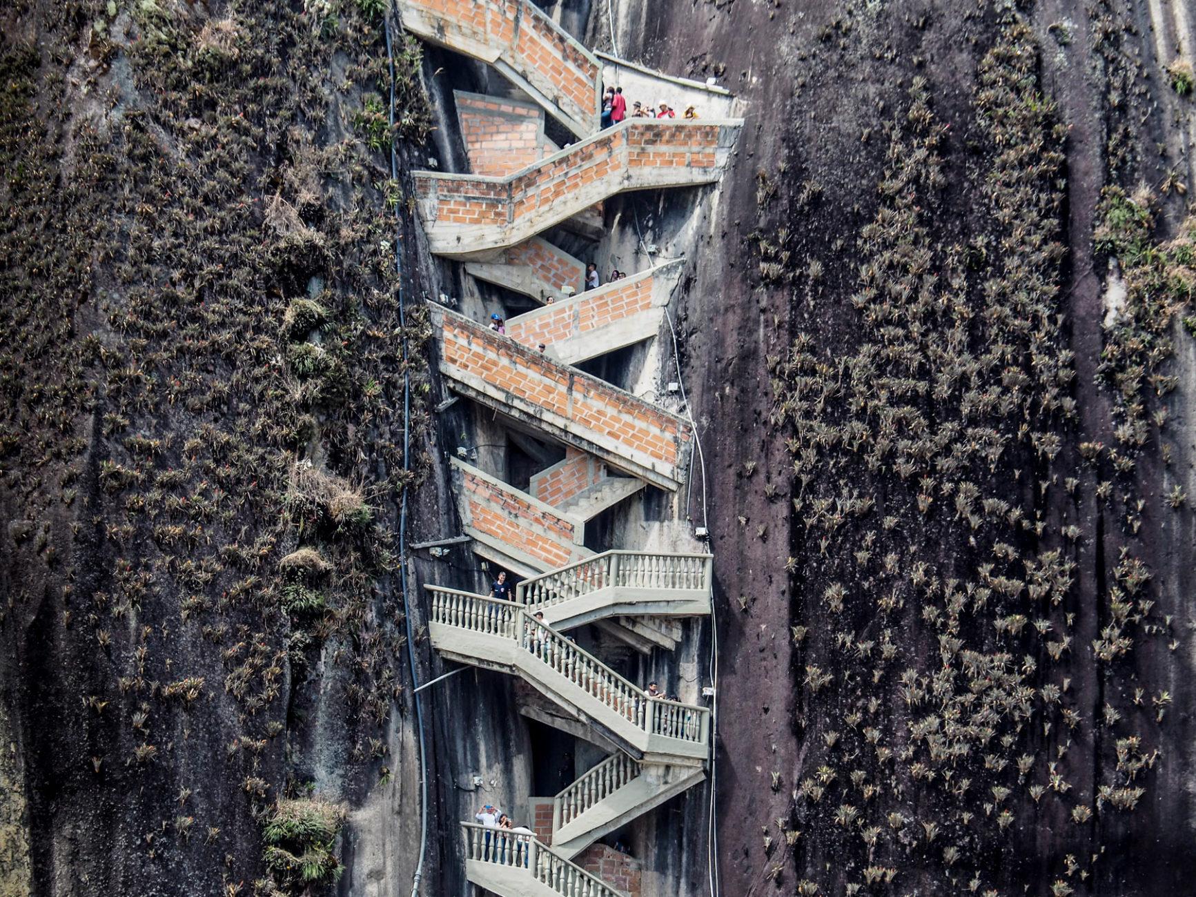 Eine Treppe wurde in einen natürlichen Spalt des riesigen Felsens gebaut