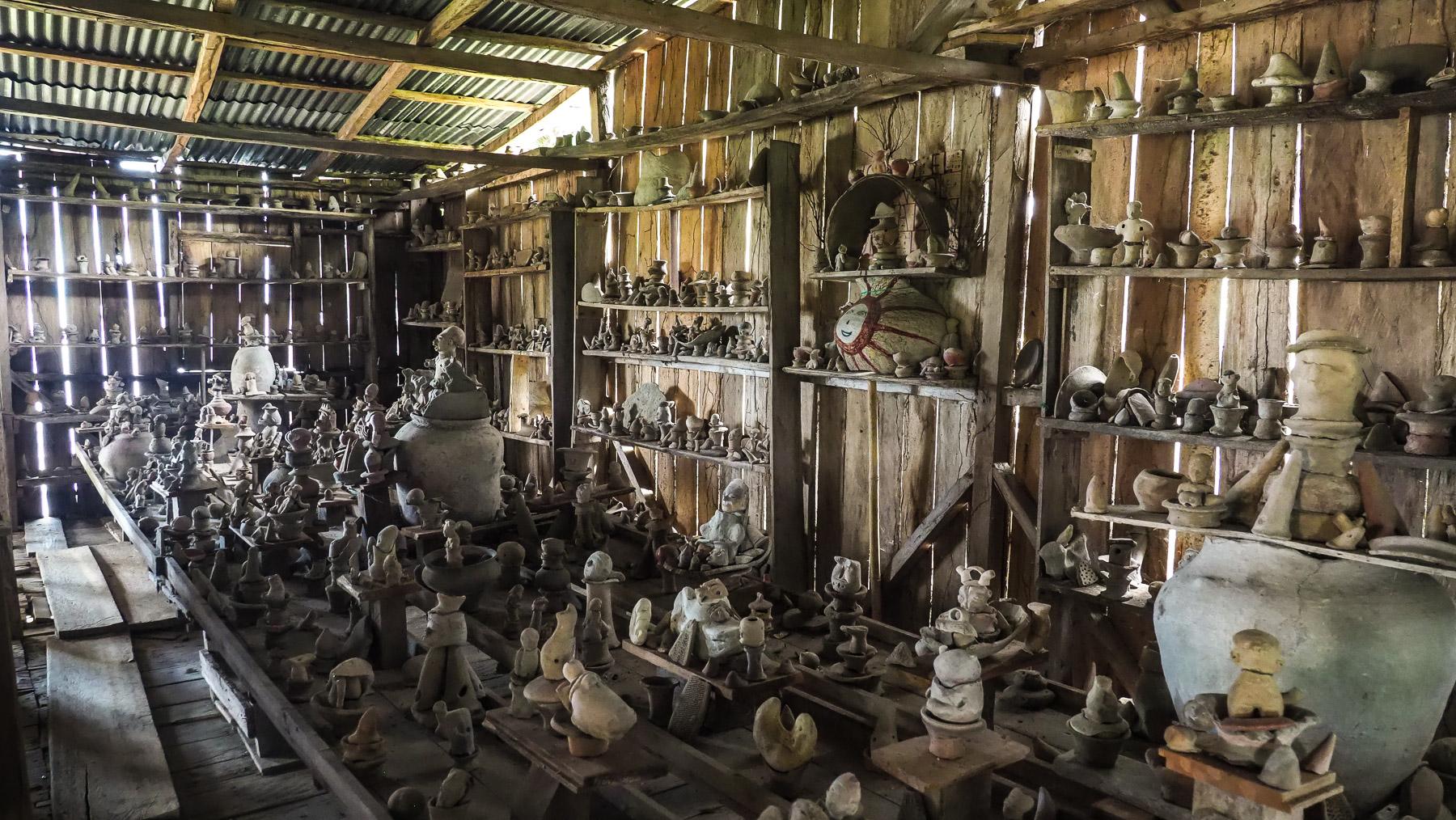 Ein wildes Sammelsurium wirklich alter Ton-Artefakte in einem Schuppen