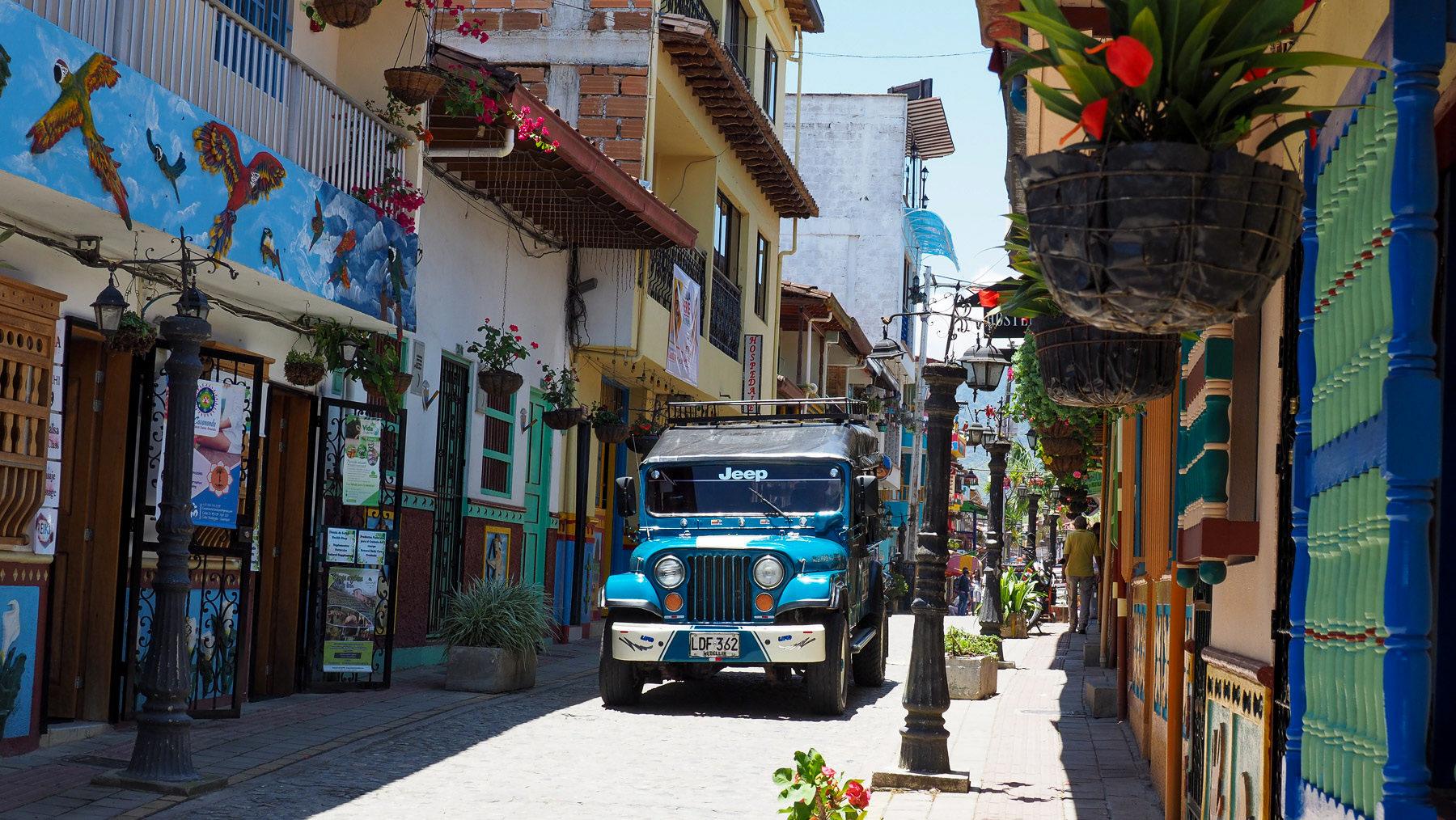Wimmelbild – in den Straßen von Guatape