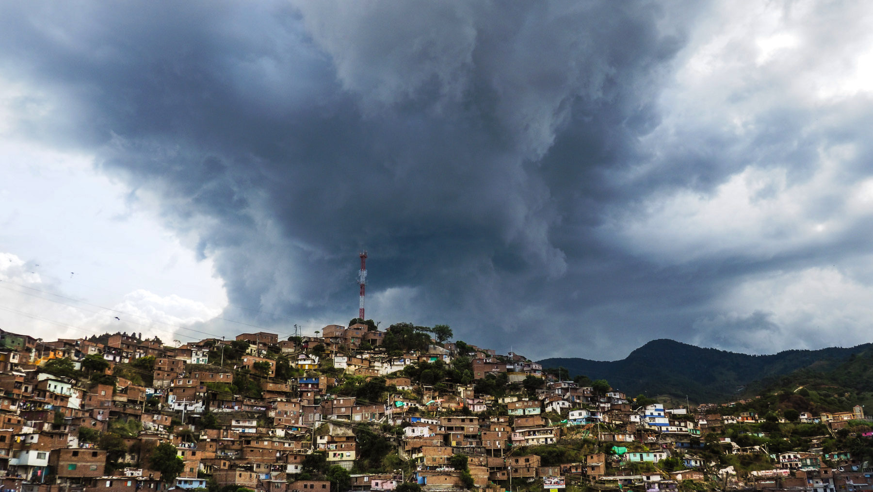Die illegalen Armenviertel ziehen sich weit die Berghänge hinauf