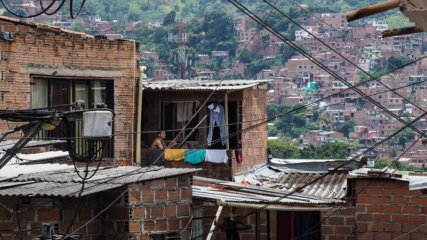 Illegal gebaute, ineinander verschachtelte Häuser an den steilen Berghängen