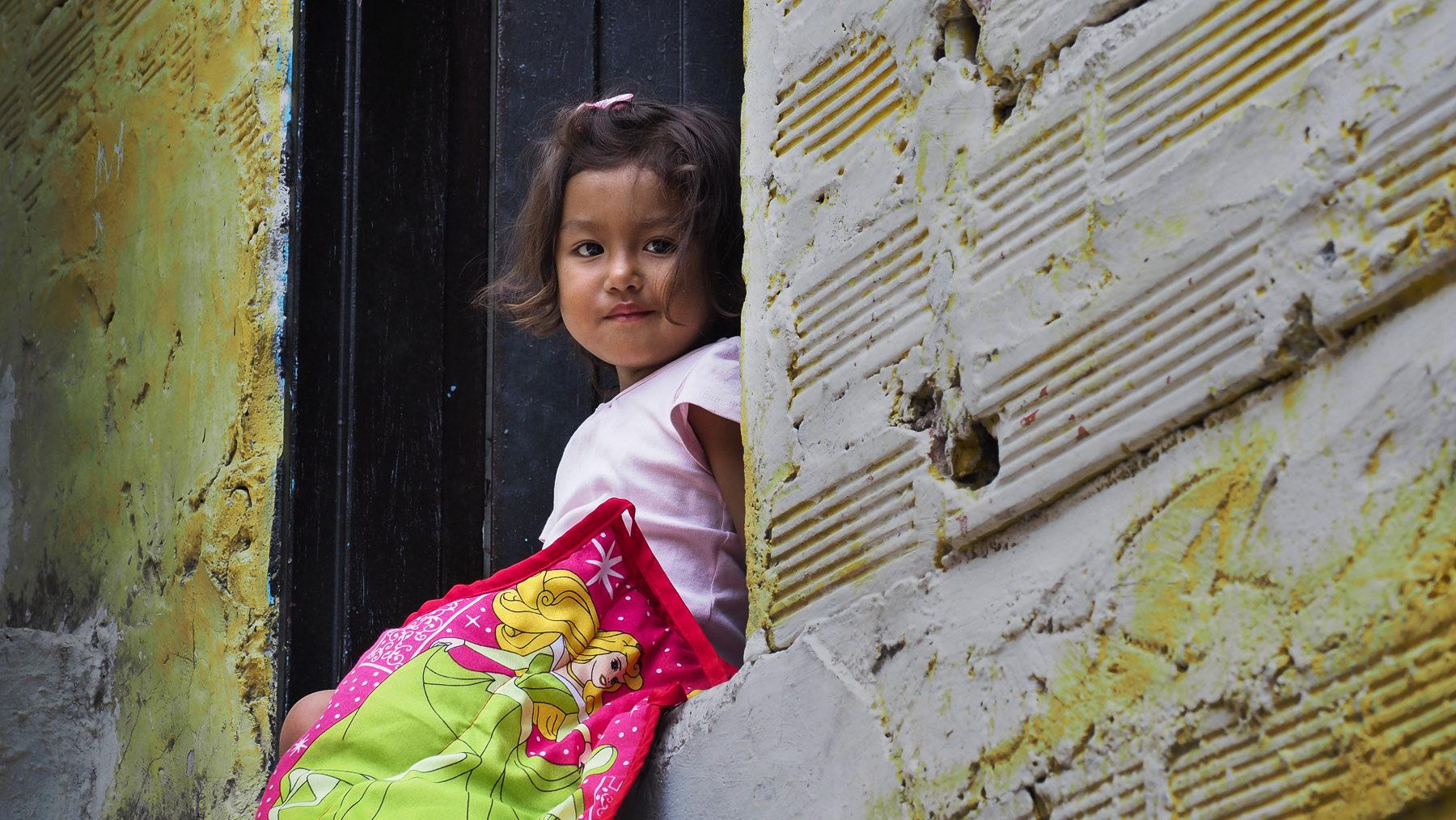 Die Nichte unserer Führerin durch die Comuna 13 vor ihrem Haus.