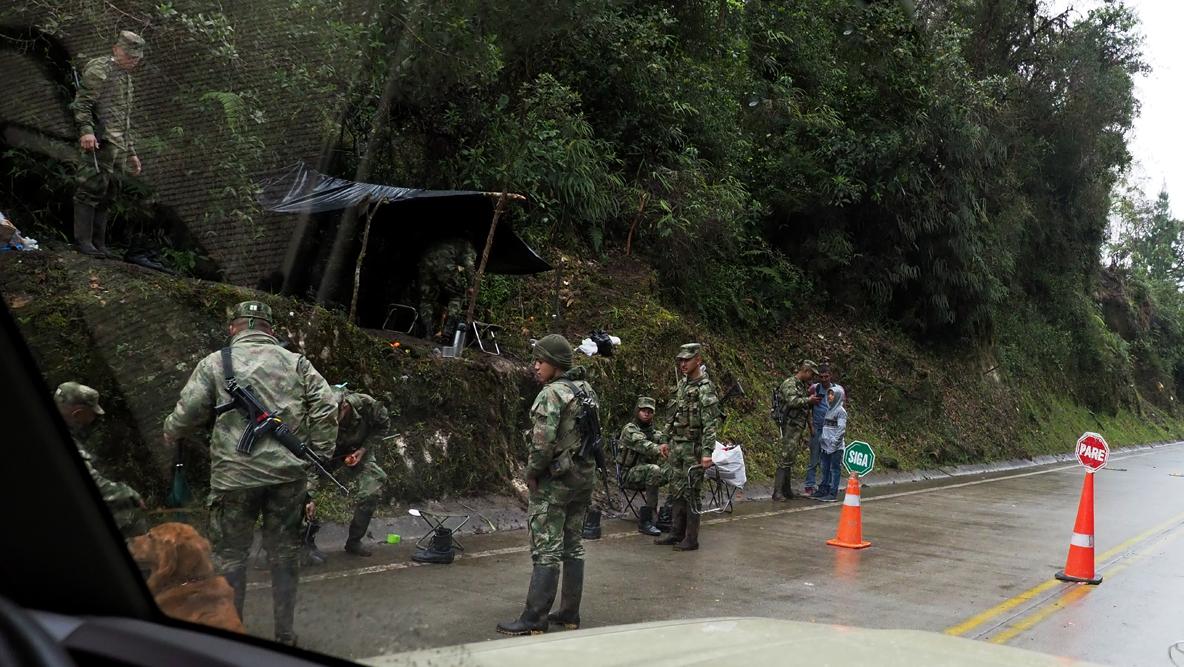 Straßensperre von Paramilitärs (Kolumbisches Militär hat Abzeichen am Ärmel)