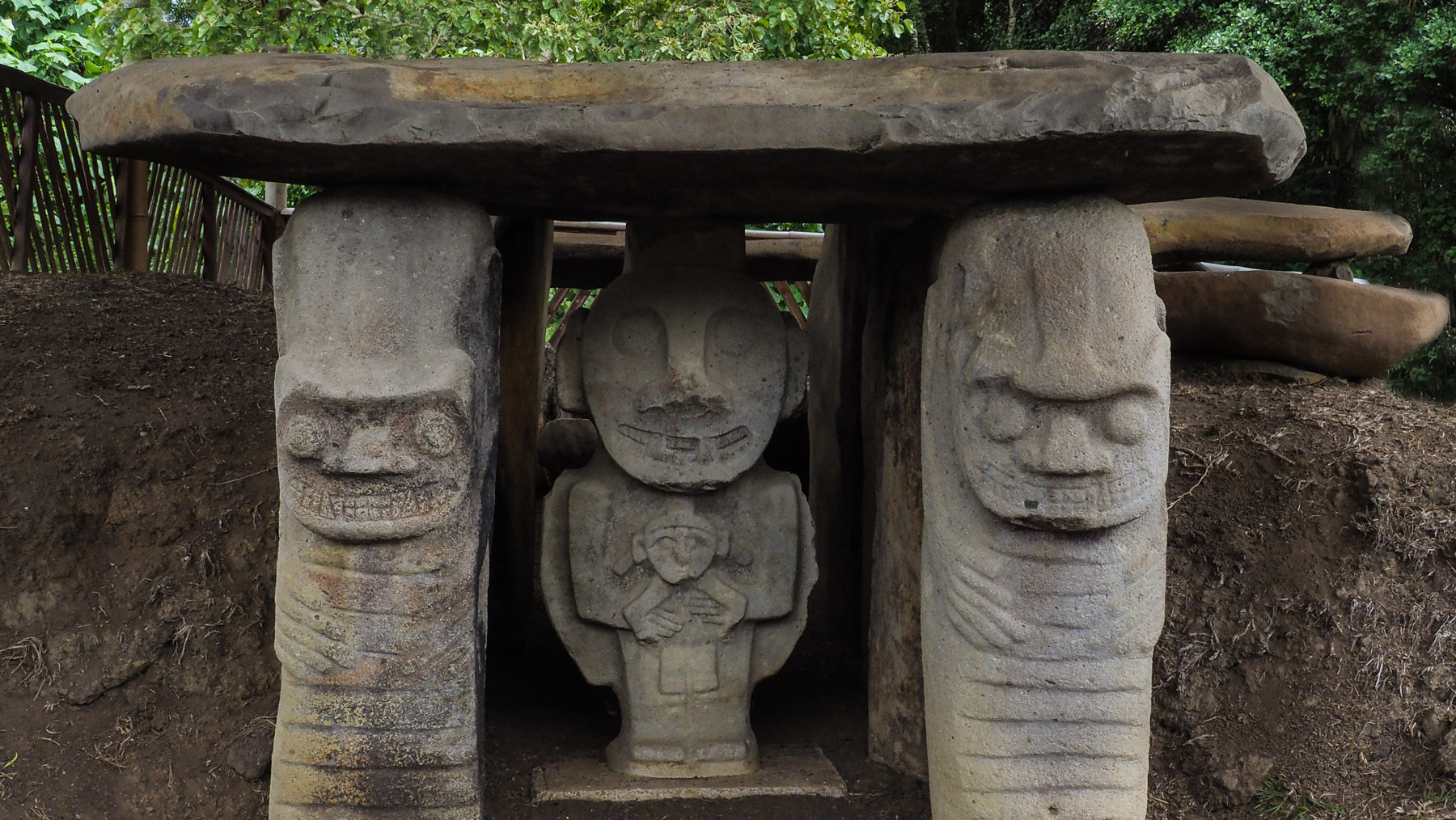 Die Gräber und Steinfiguren in San Augustin – diese hier schauen ganz fröhlich