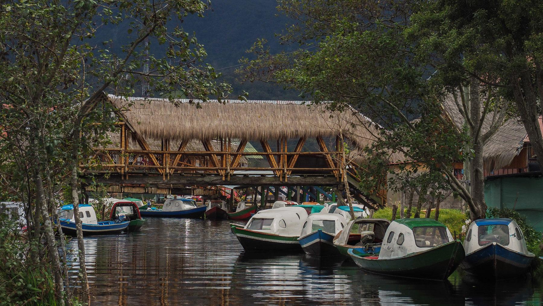 Viele Brücken und Boote in Puerto la Cocha, dem kleinen Dorf am See