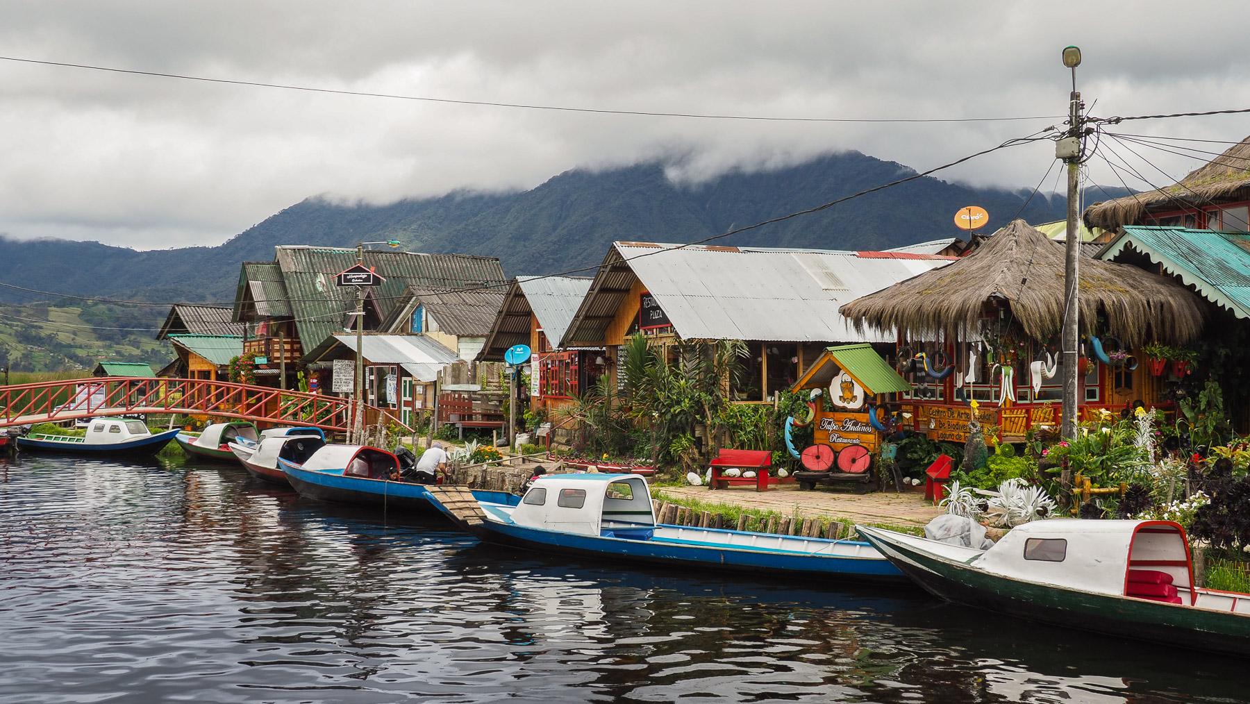 Idyllischer kleiner Ort mit hauptsächlich Wasserwegen