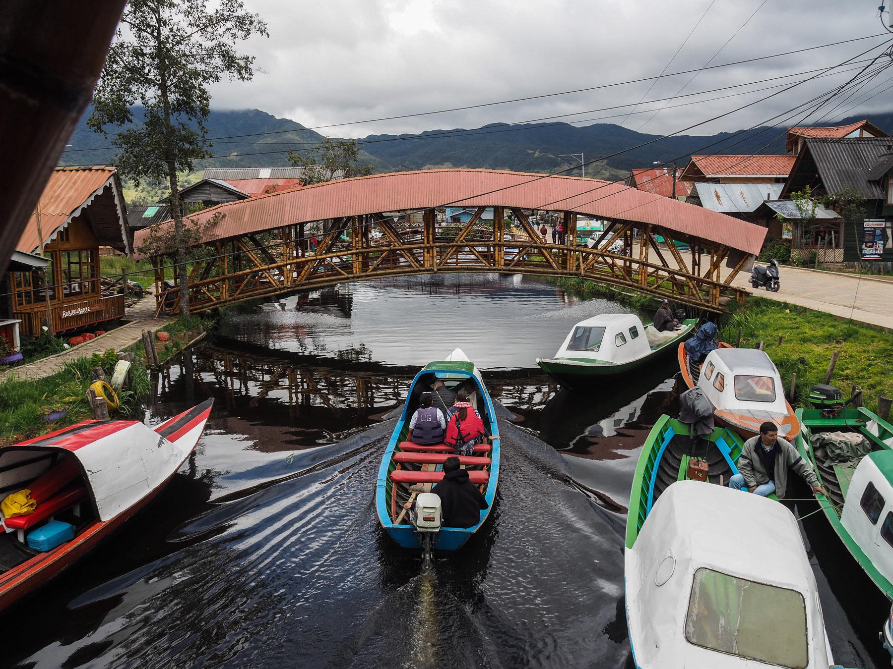 Milchkannen und Touristen, alles wird hier per Boot transportiert