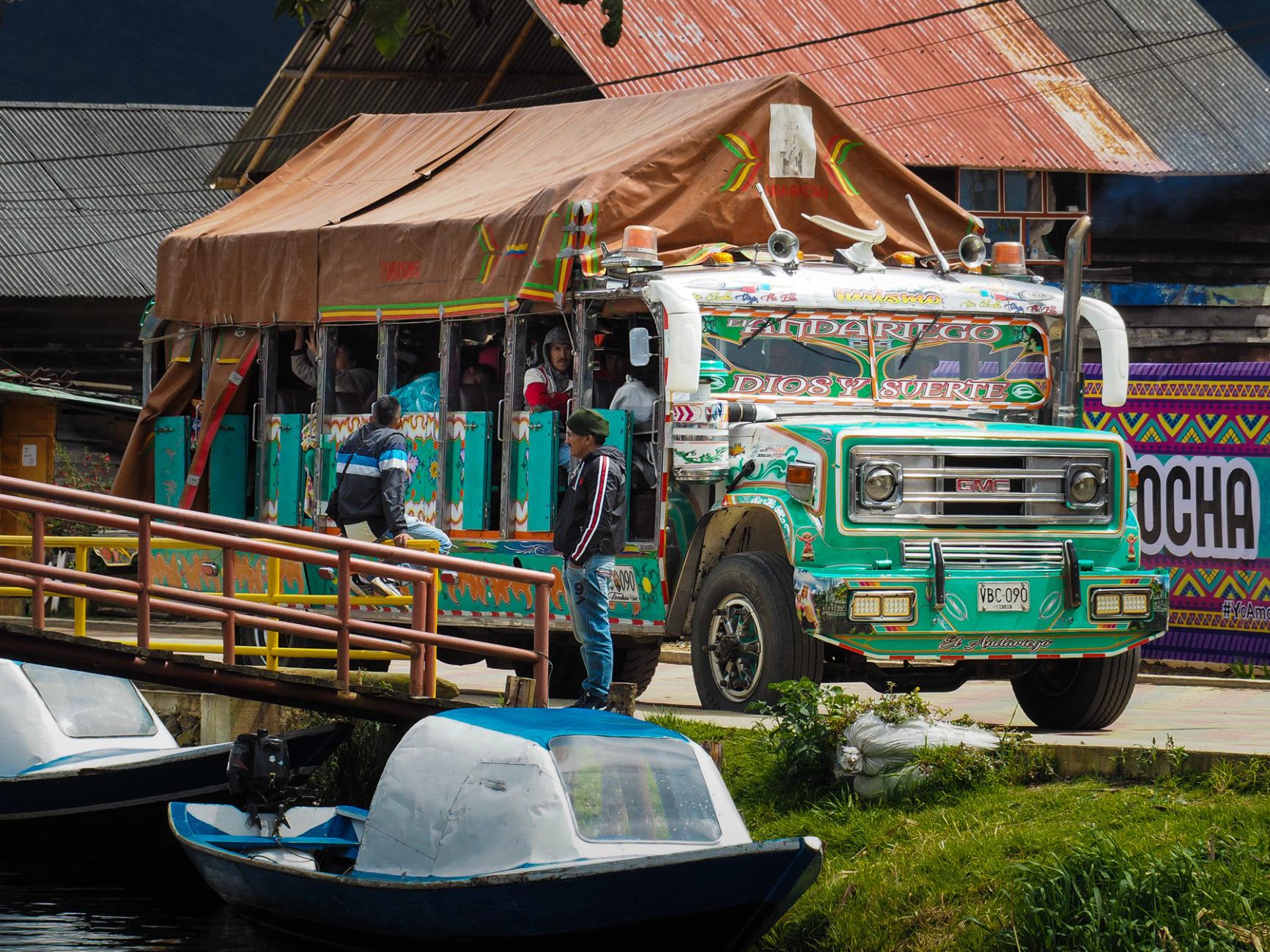 Chivas heißen diese bunten Busse in Kolumbien