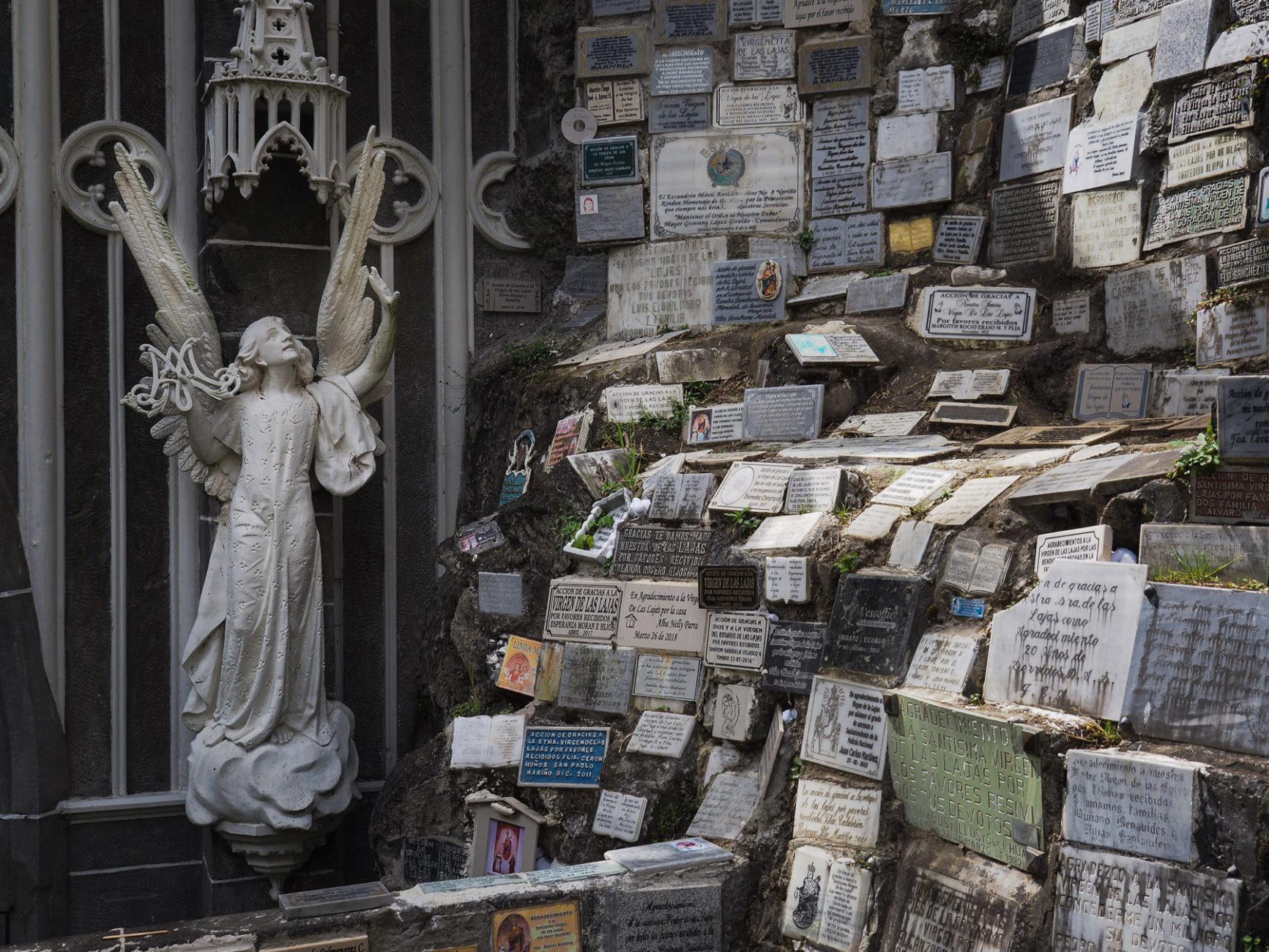 Viele Dankestafeln an diesem berühmten und vielbesuchten Pilgerort