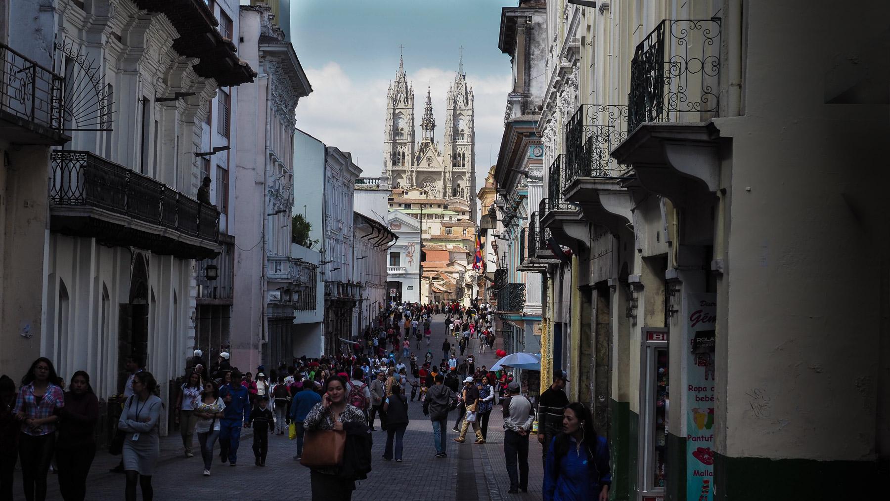 Schöne Flanierstraße in Quito, Basilika im Hintergrund