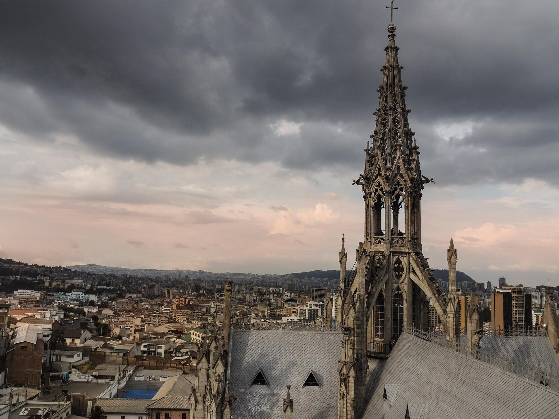 Blick vom Dach der Basilika auf Quito