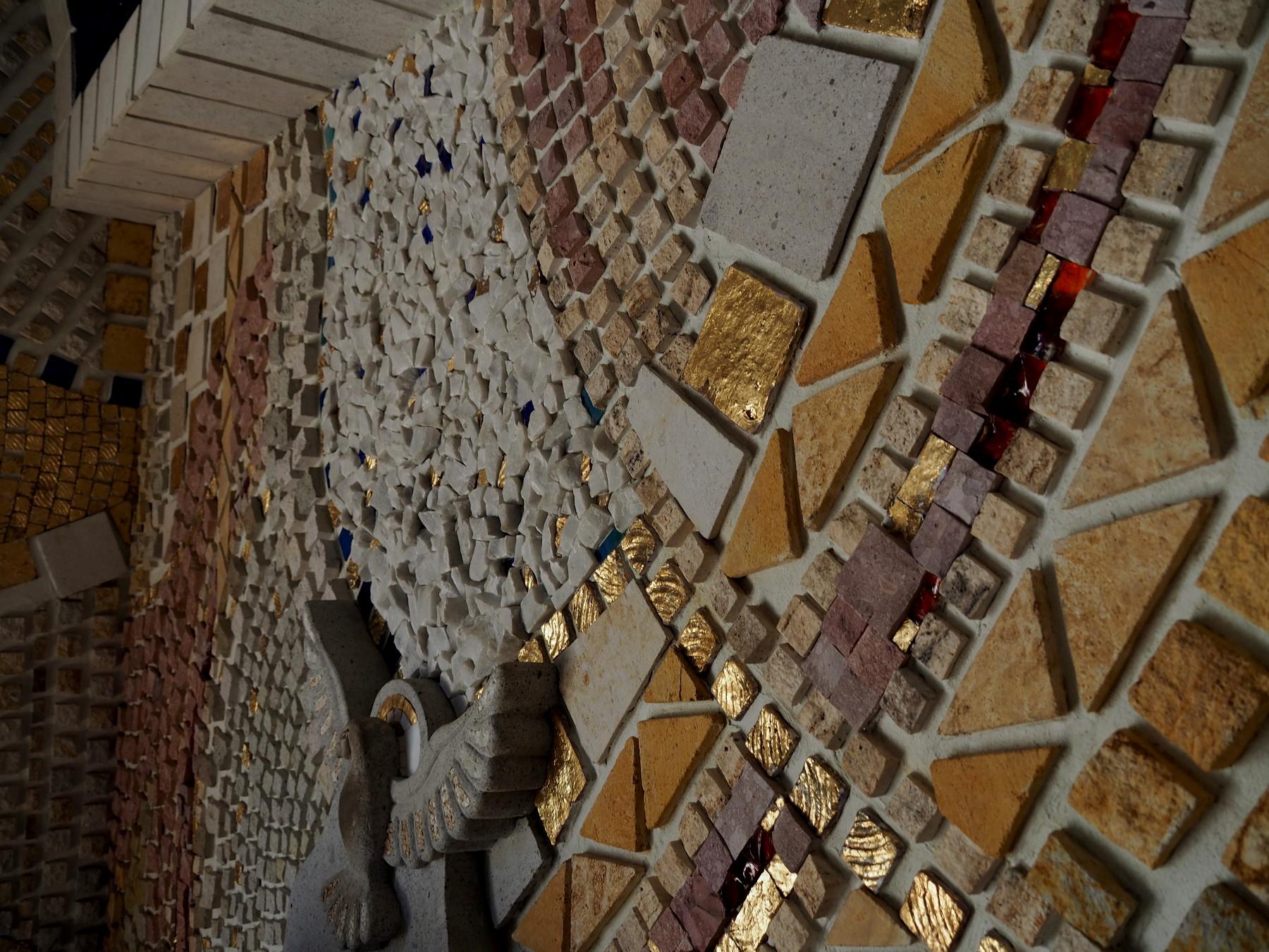 Mosaik aus aufgeklebten Steinen und Glasstücken