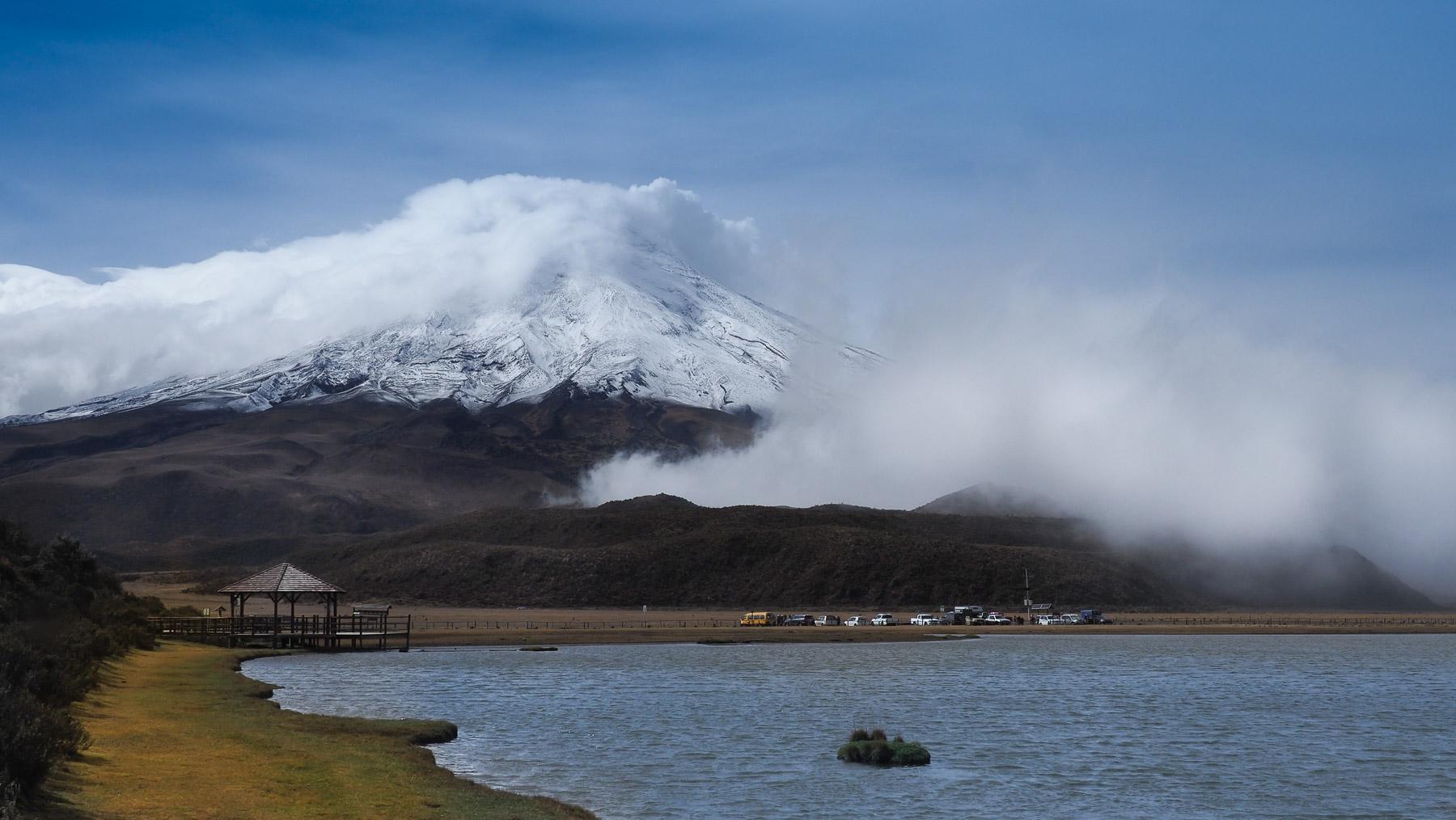 Der Cotopaxi hüllt sich wieder in Wolken und Nebel