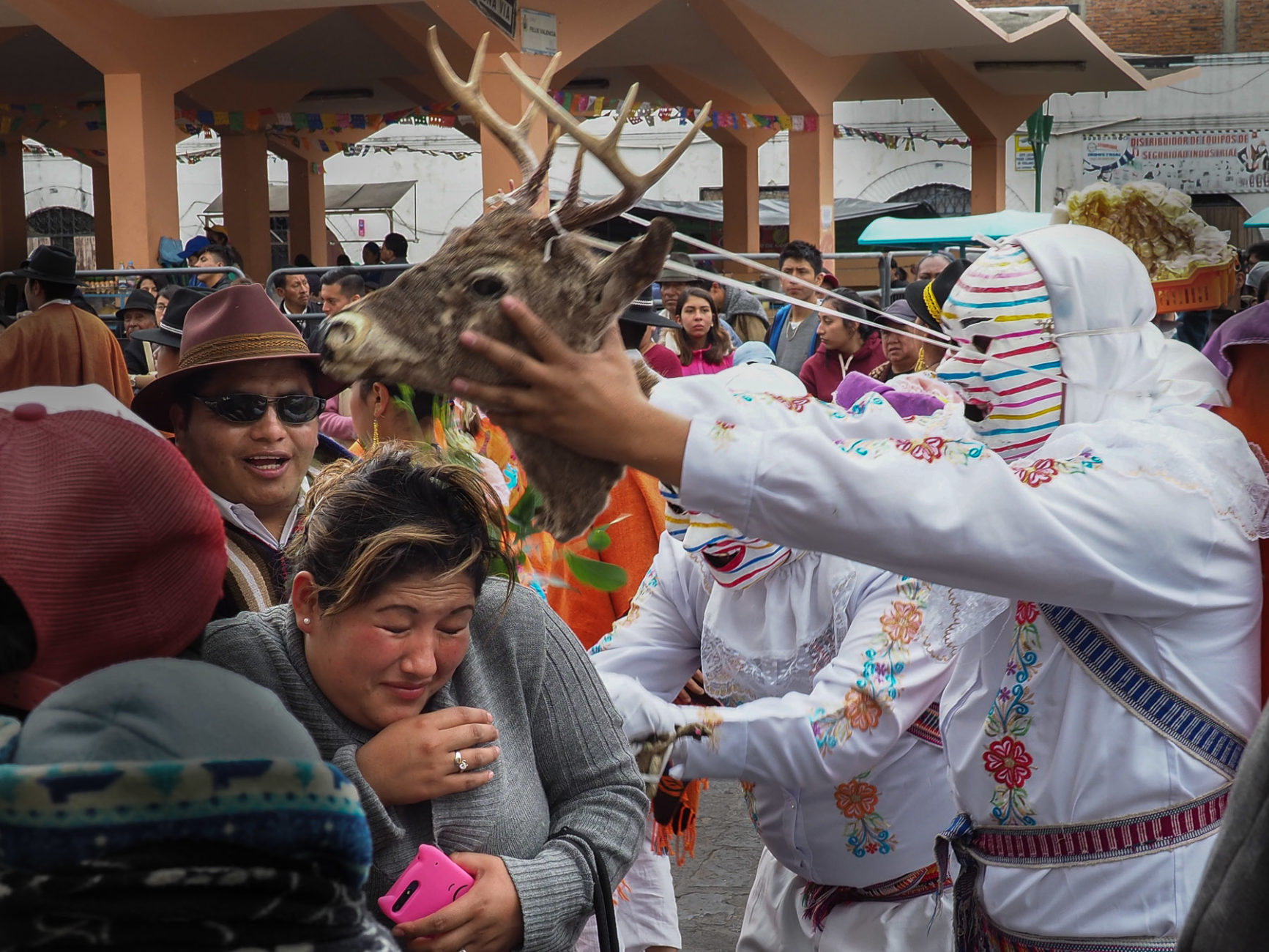 Die Guacos vertreiben mit einem Hirschkopf die bösen Geister