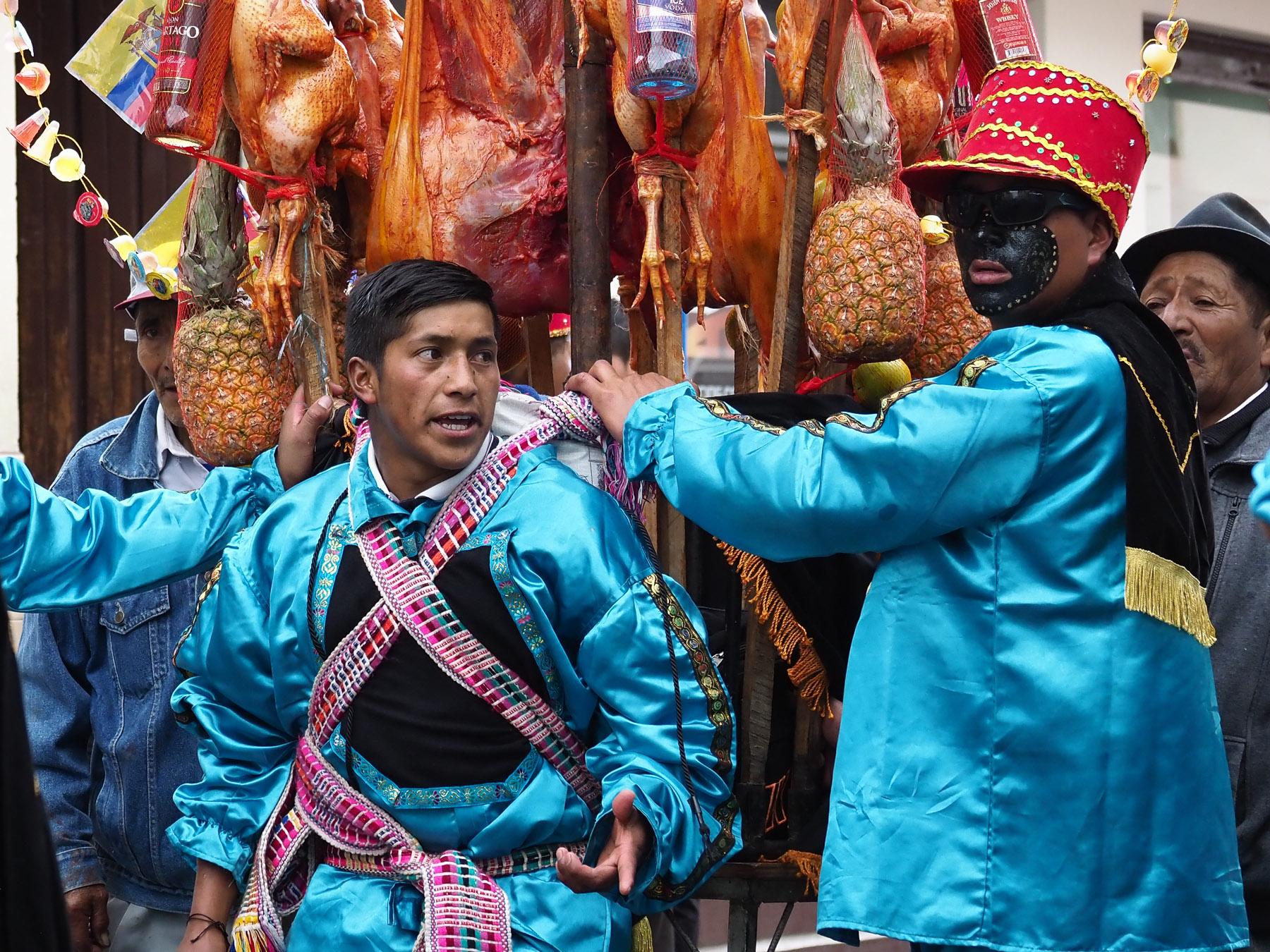 Dieses Schwein, geschmückt mit Ananas und Schnapsflaschen, ist unglaublich schwer