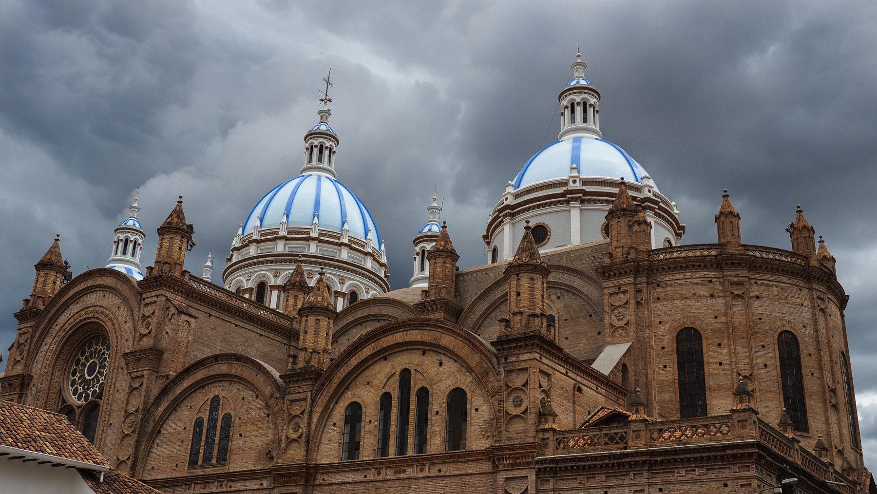 Die blau-weißen Kuppeln der neuen Kathedrale