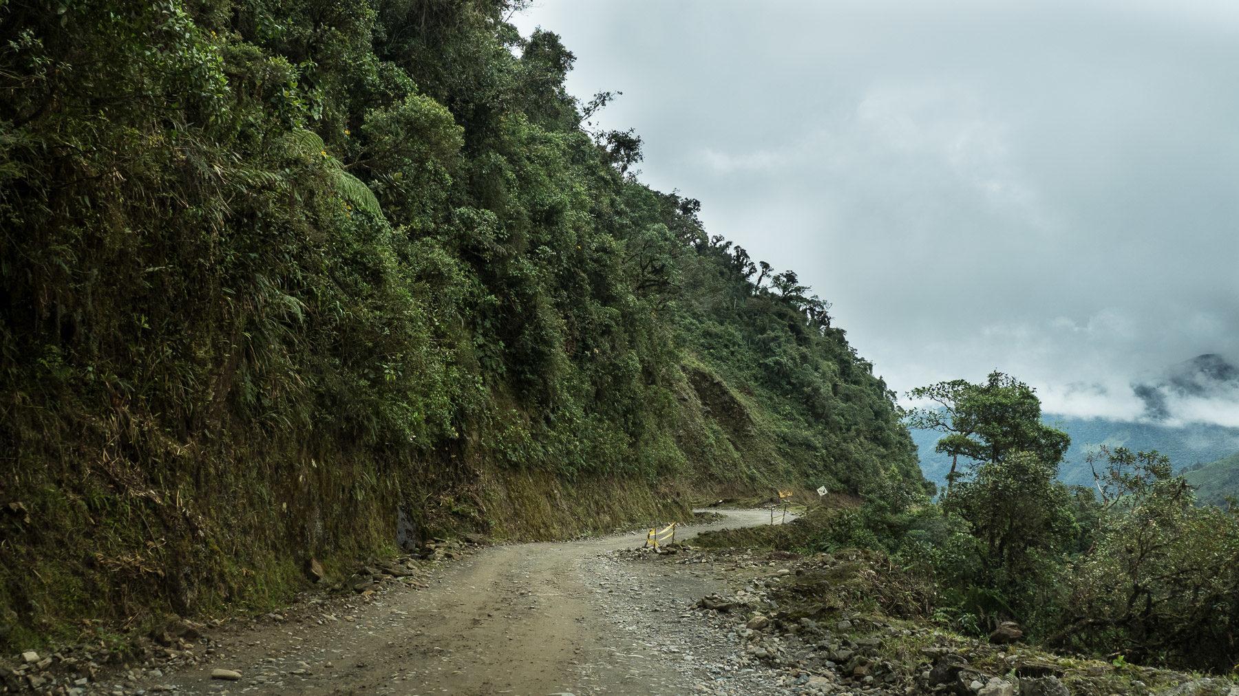 Die Unruhen in Equador spitzen sich zu. Eiliger Aufbruch und anstrengende Fahrt über eine Schotterstraße nach Peru