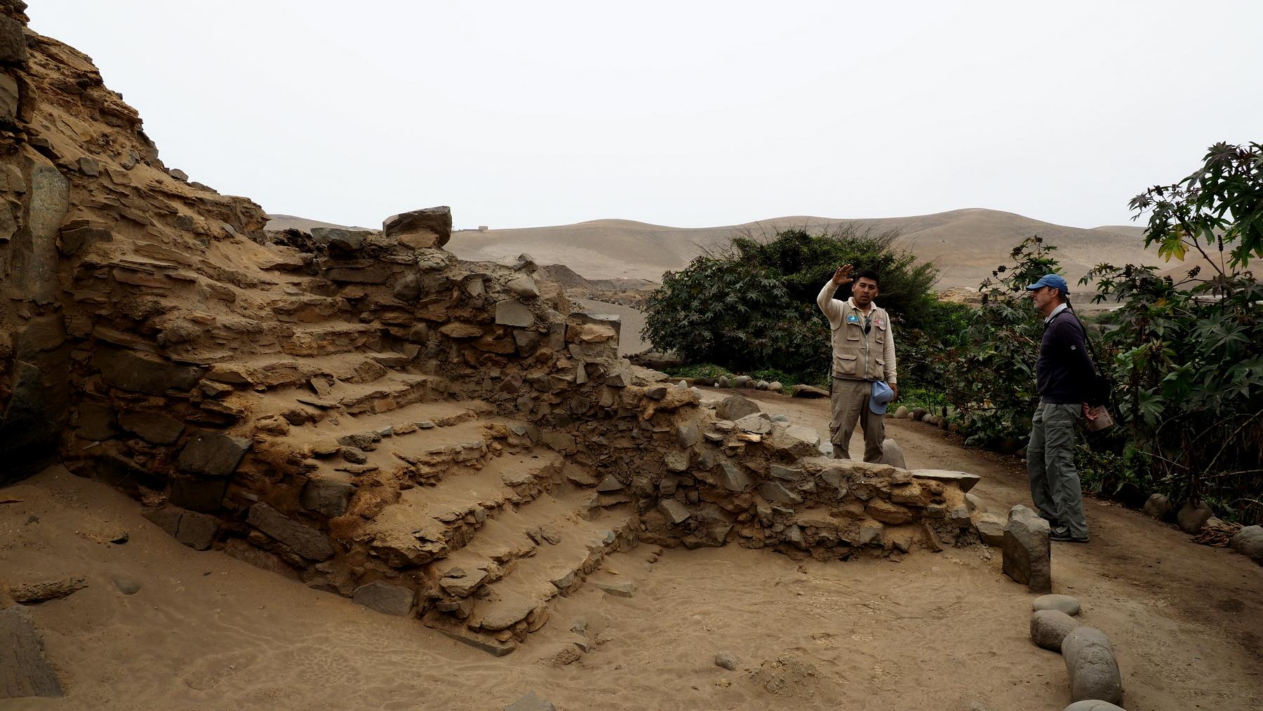 Enrique, der hier normalerweise selbst buddelt, erklärt die Ruinen