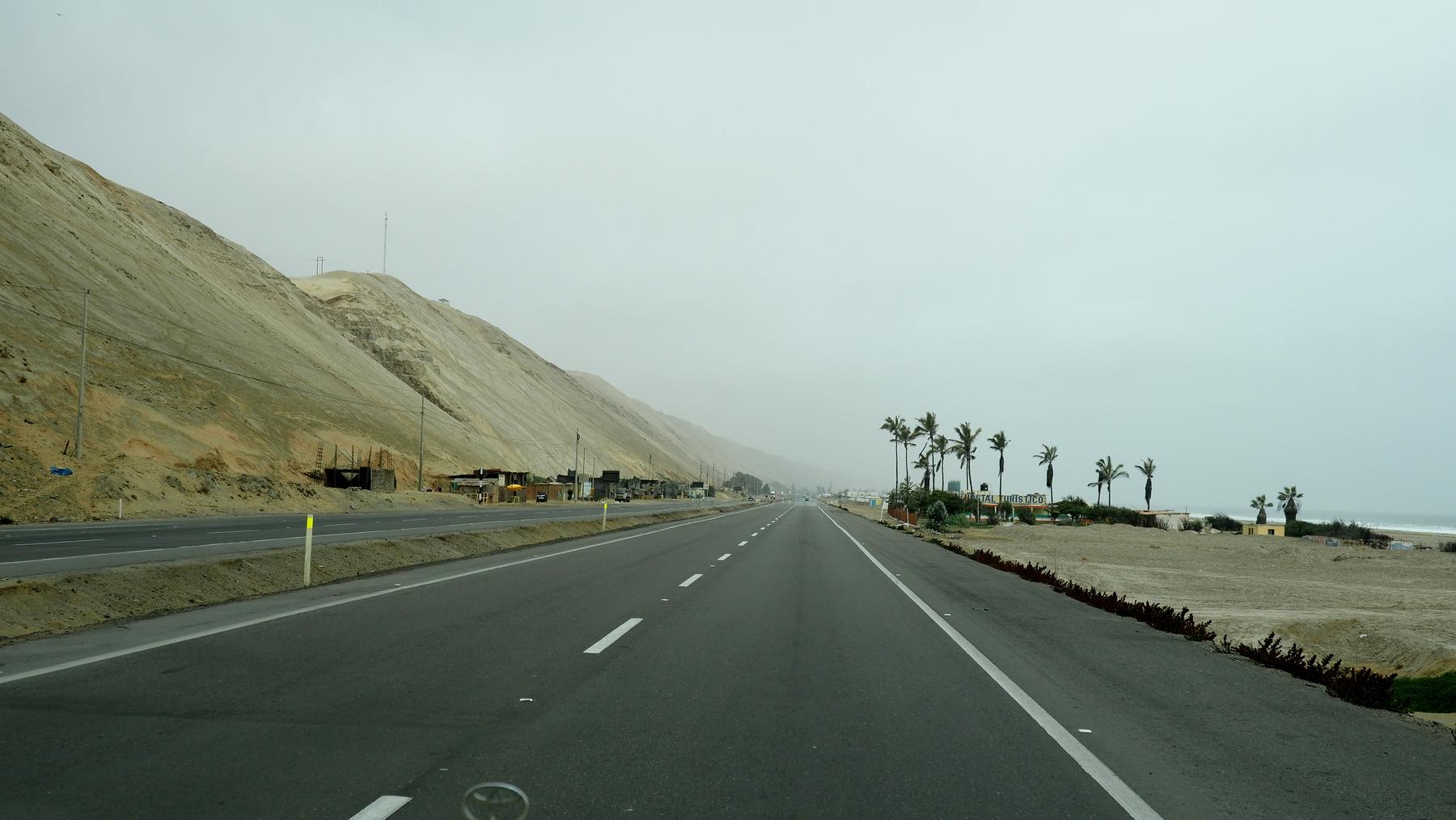 Auf dem Highway an der nebligen Küste entlang