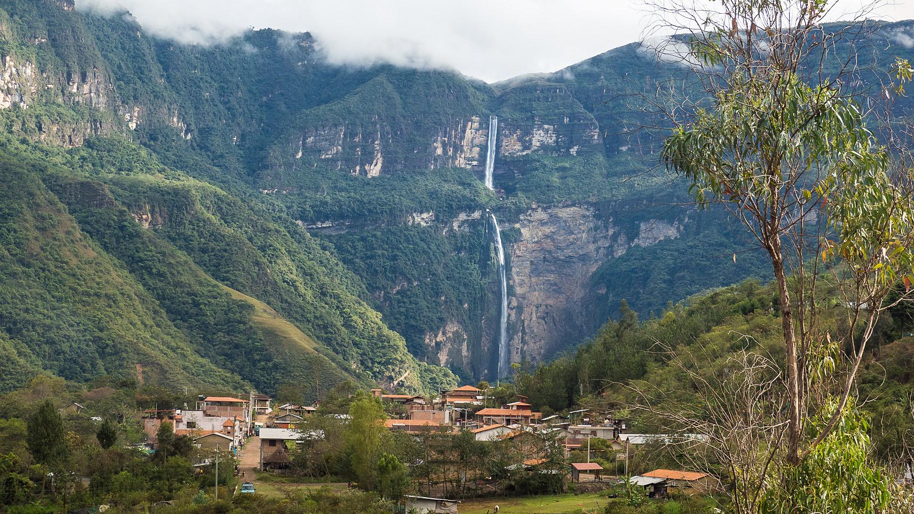 Cocachimba – im Hintergrund einer der höchsten Wasserfälle der Welt
