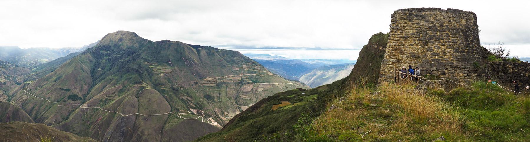 Ganz oben auf einer Bergspitze liegt Kuelap