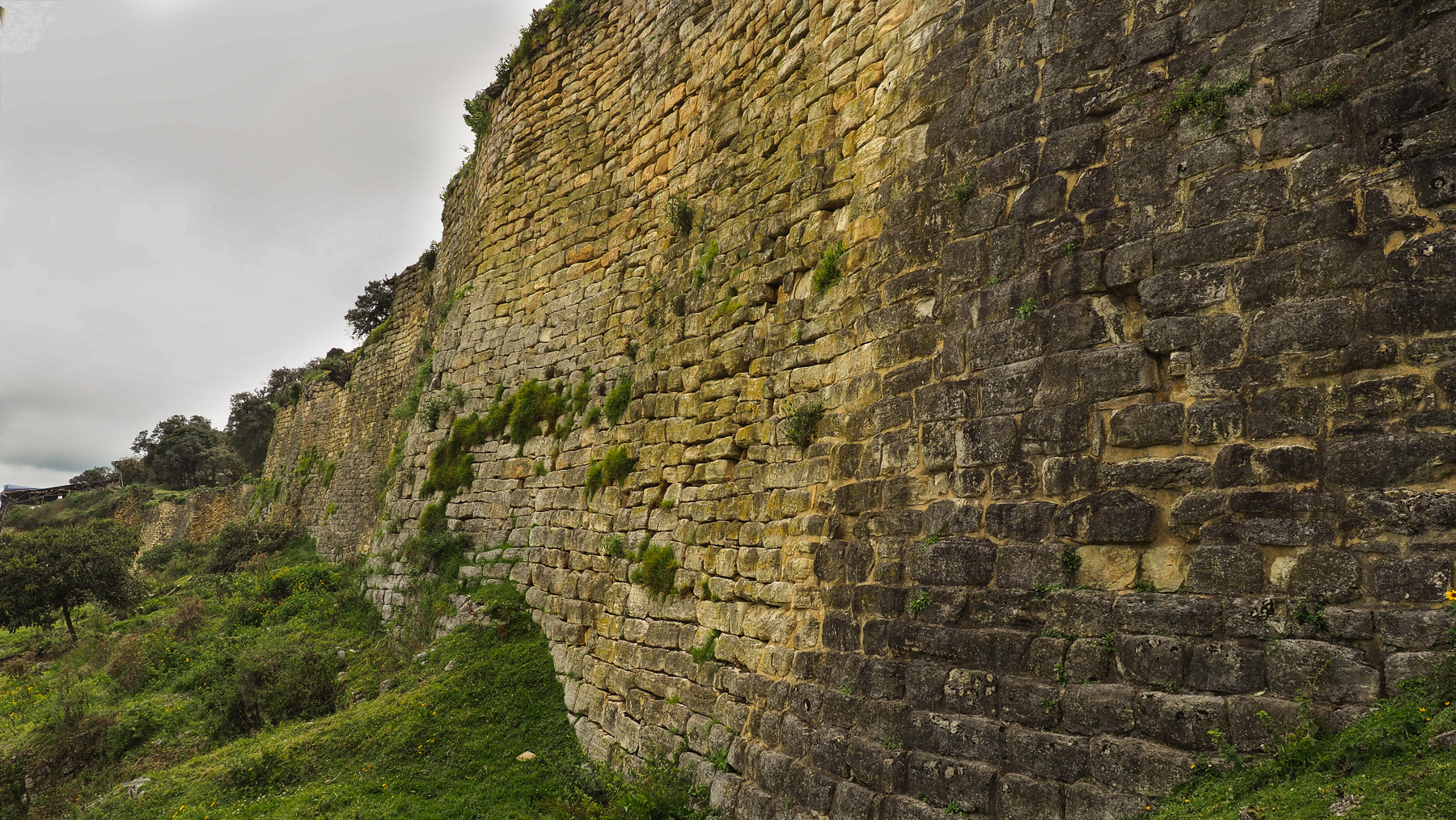 Die berühmteste Siedlung der Wolkenmenschen: Kuelap mit seinen gigantischen Mauern
