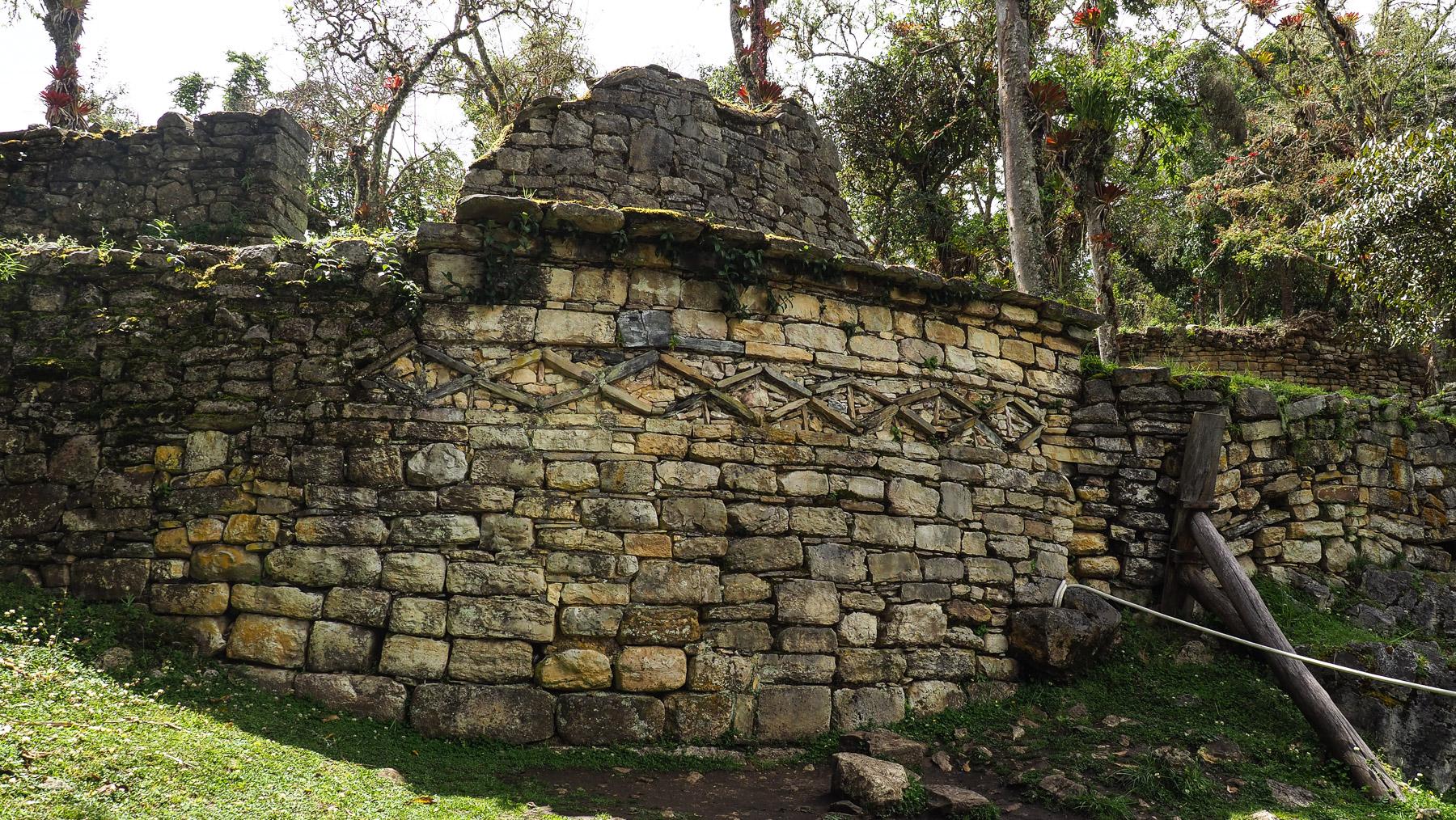 Einfache Verzierungen in den noch vorhandenen Grundmauern der Rundbauten