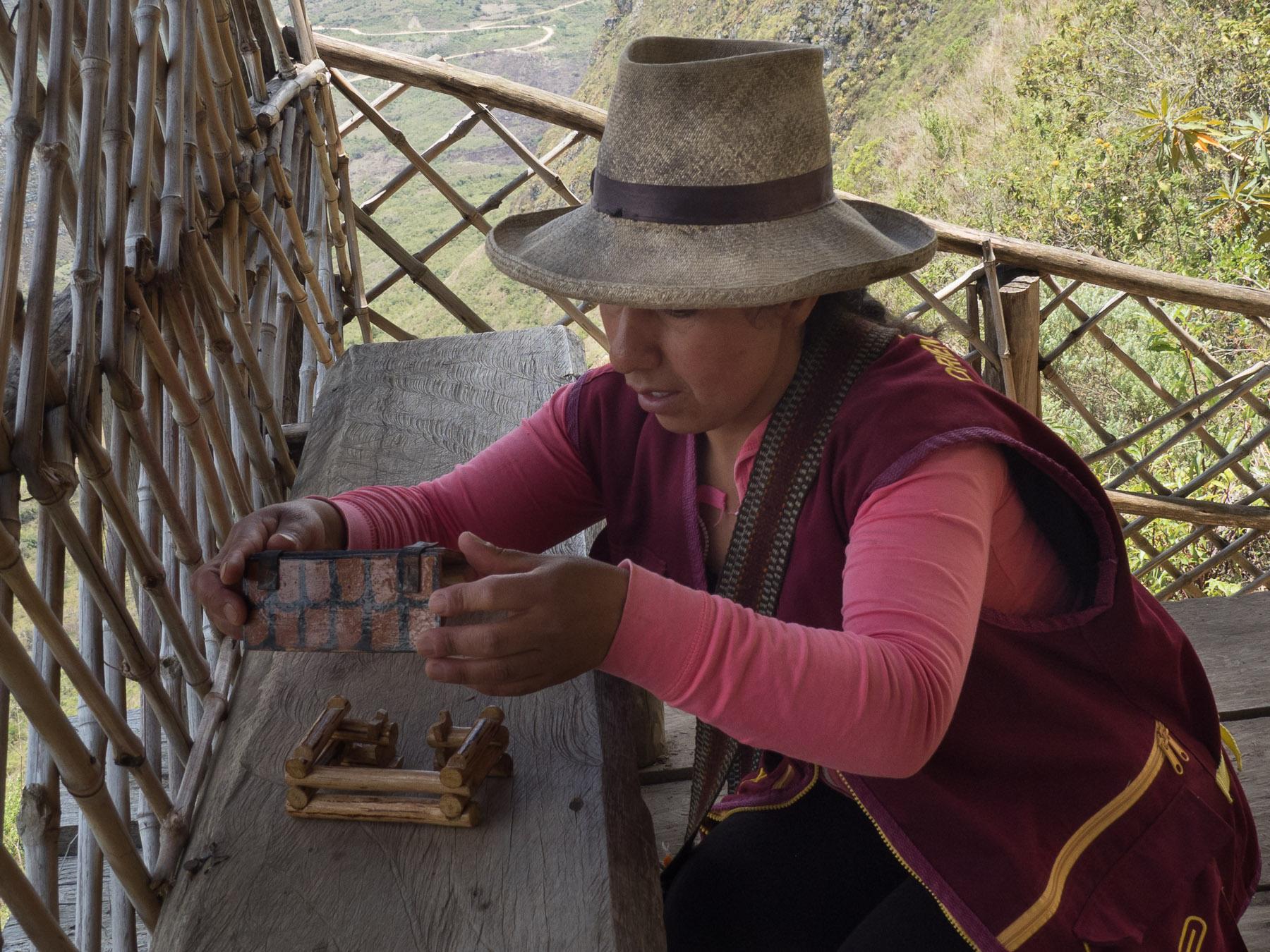Margarita erklärt uns die Bauweise der Häuser