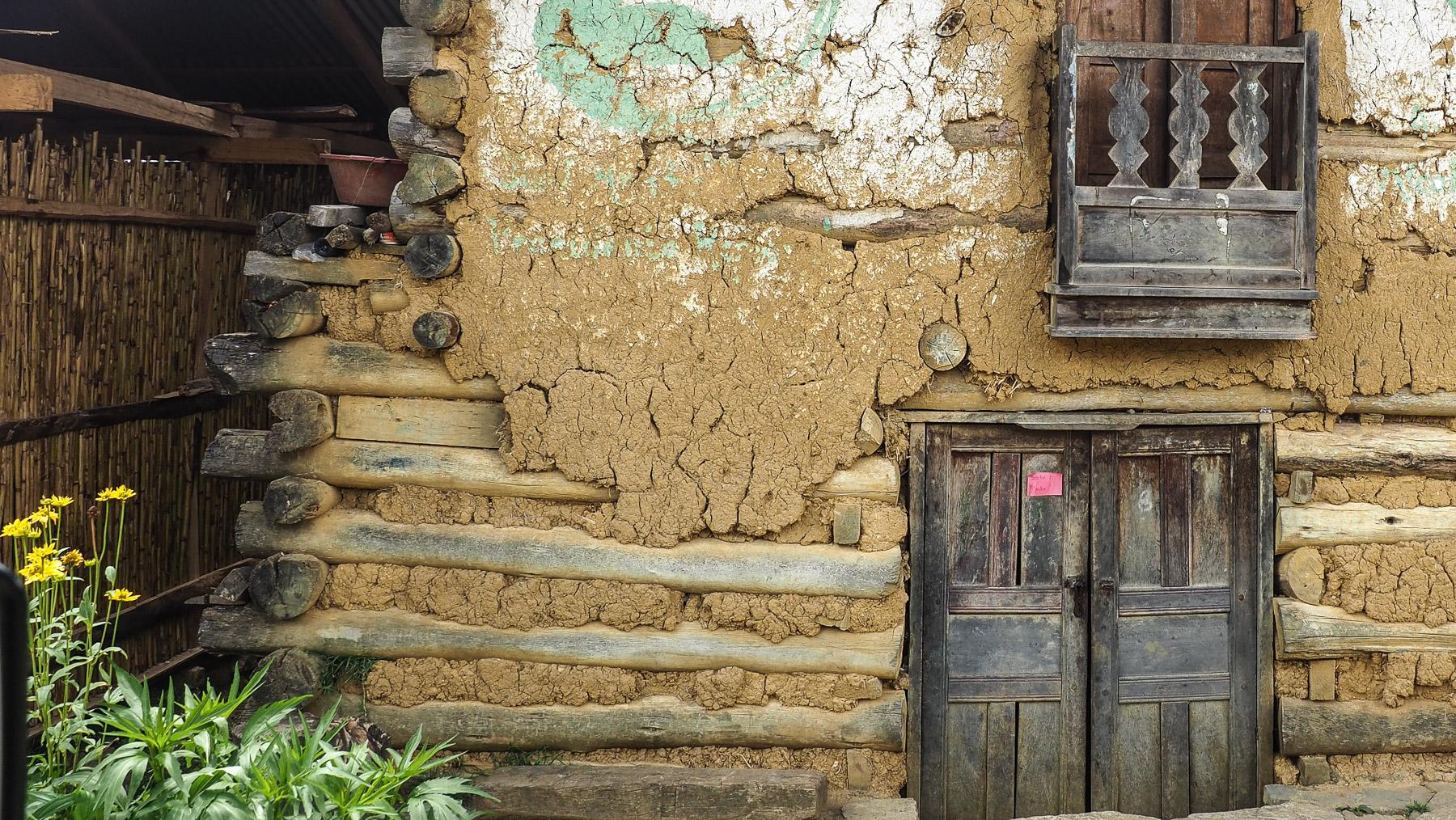 Sehr grob aus Holzbalken und Lehm gebaute alte Bauernhäuser