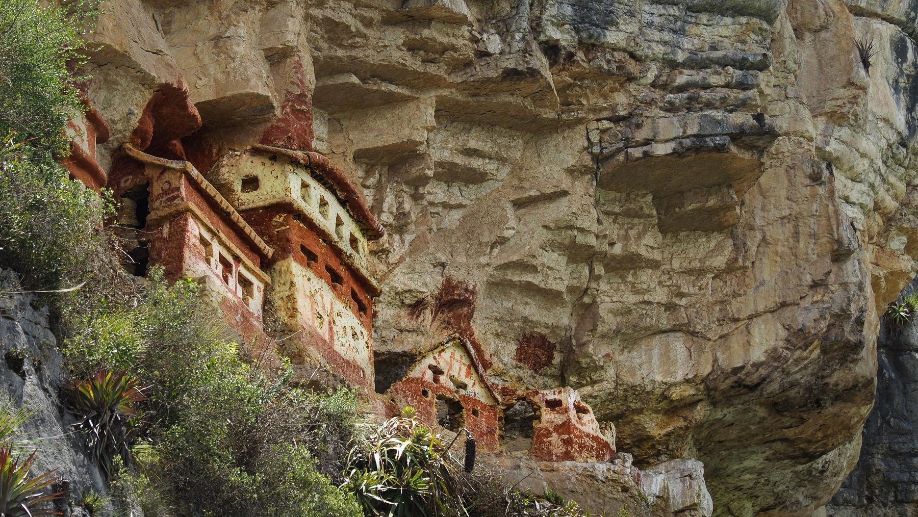 Die aus Holz und Lehm in Felsüberhänge gebauten Häuschen sind etwa 800 Jahre alt