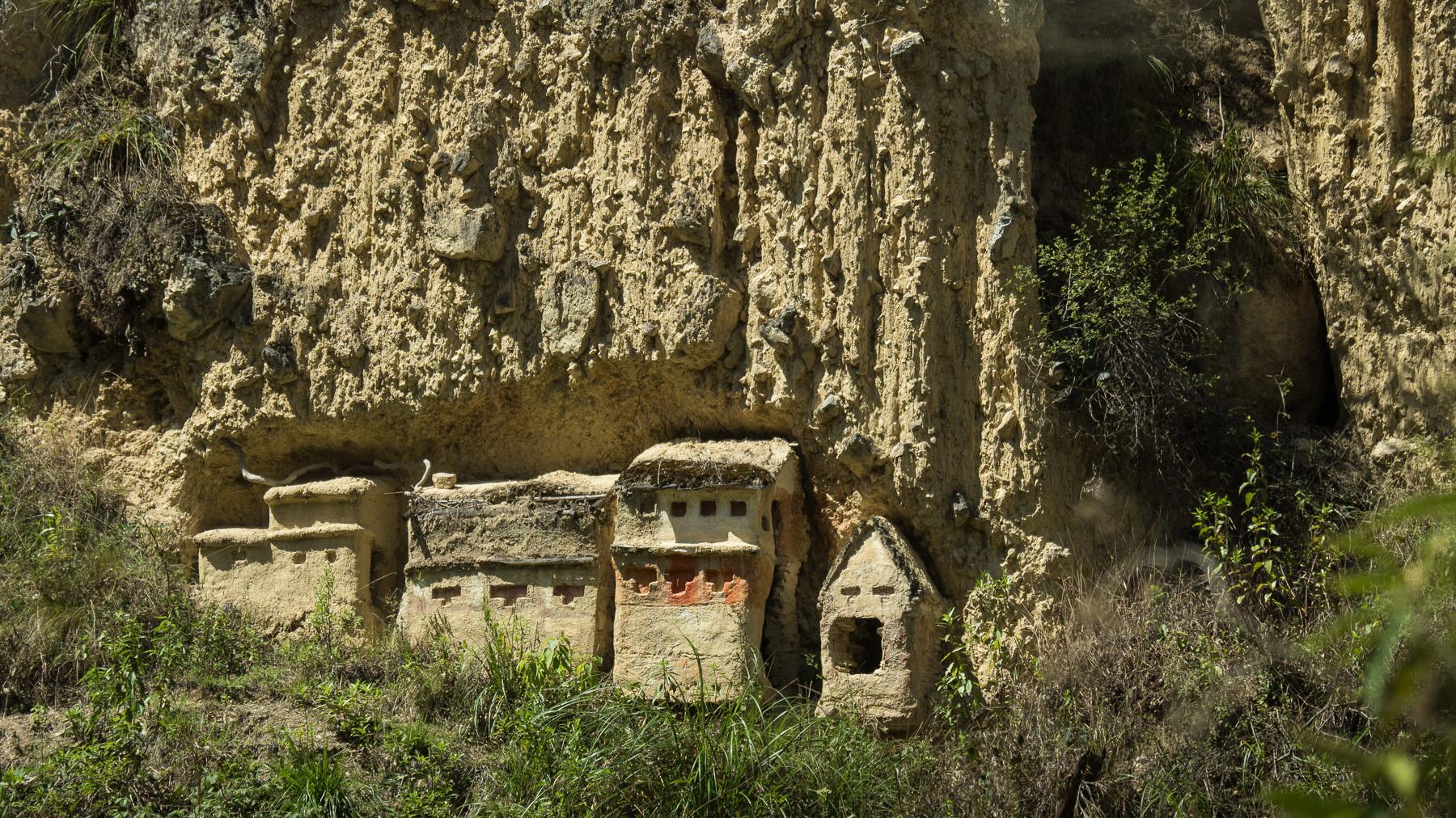 Grabstätten in den Felsen irgendwo auf dem Weg