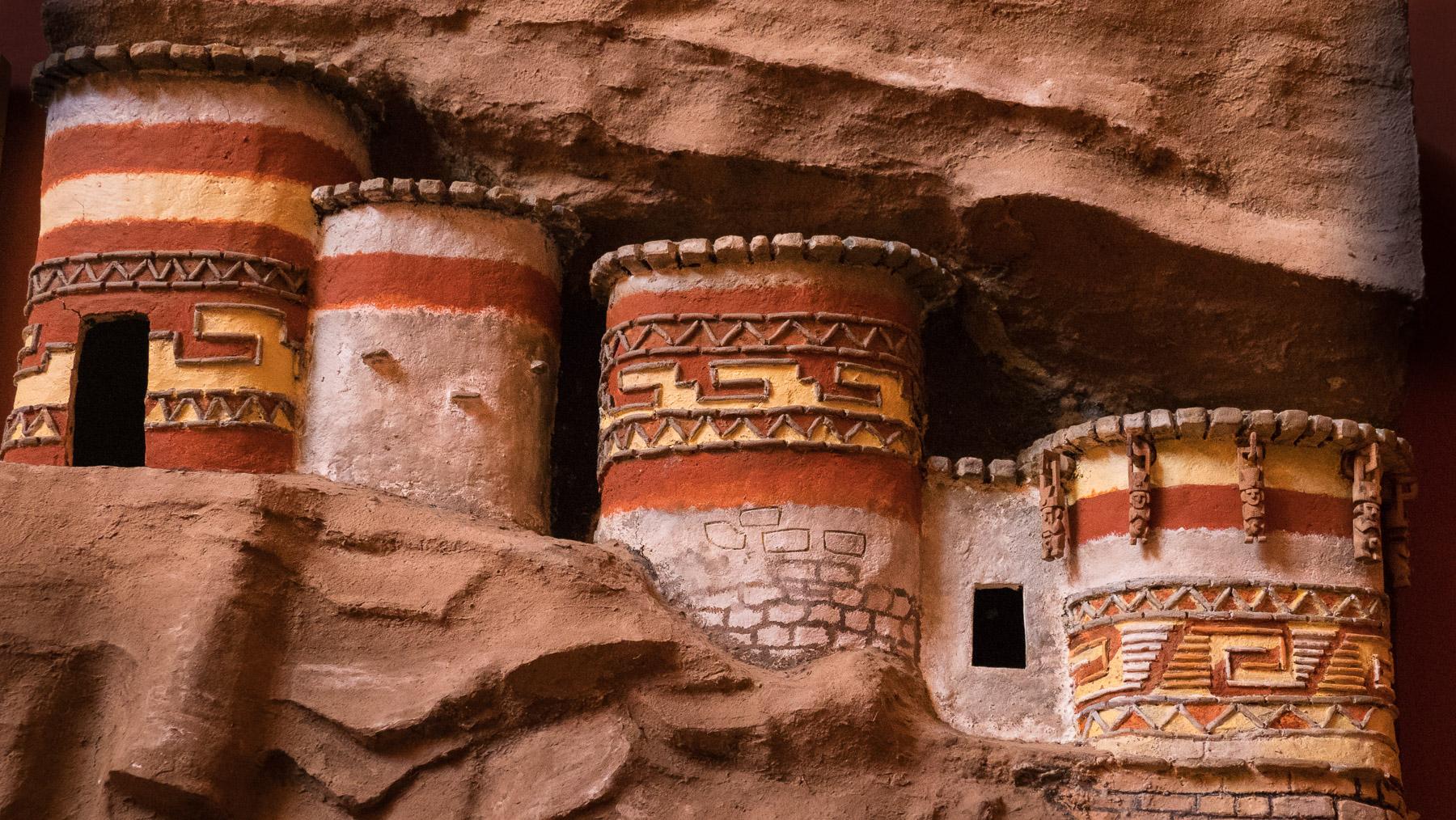 Weiteres Modell einer Begräbnisstätte in den steilen Felswänden