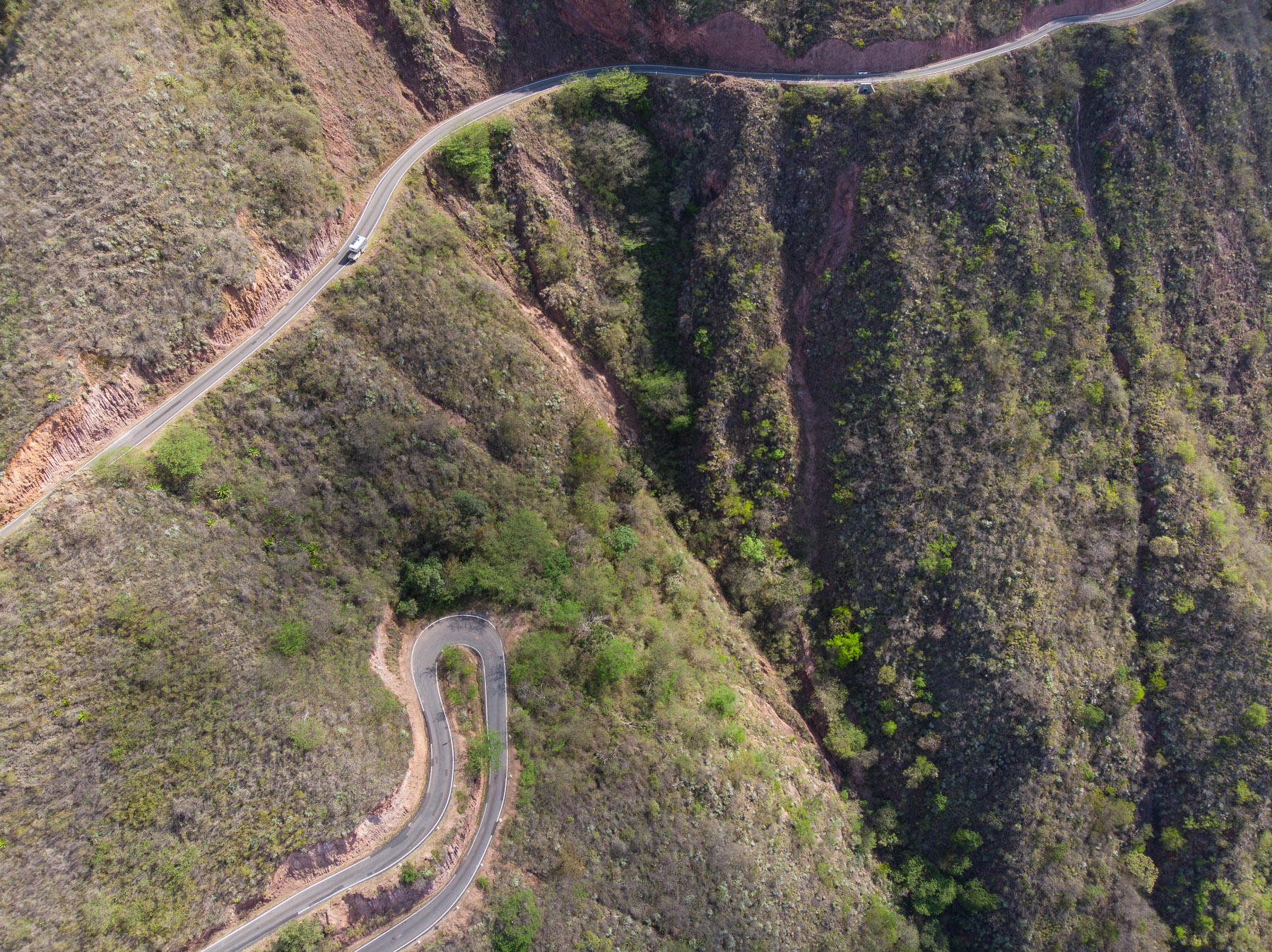 Abenteuerliche Straßen an steilen Berghängen