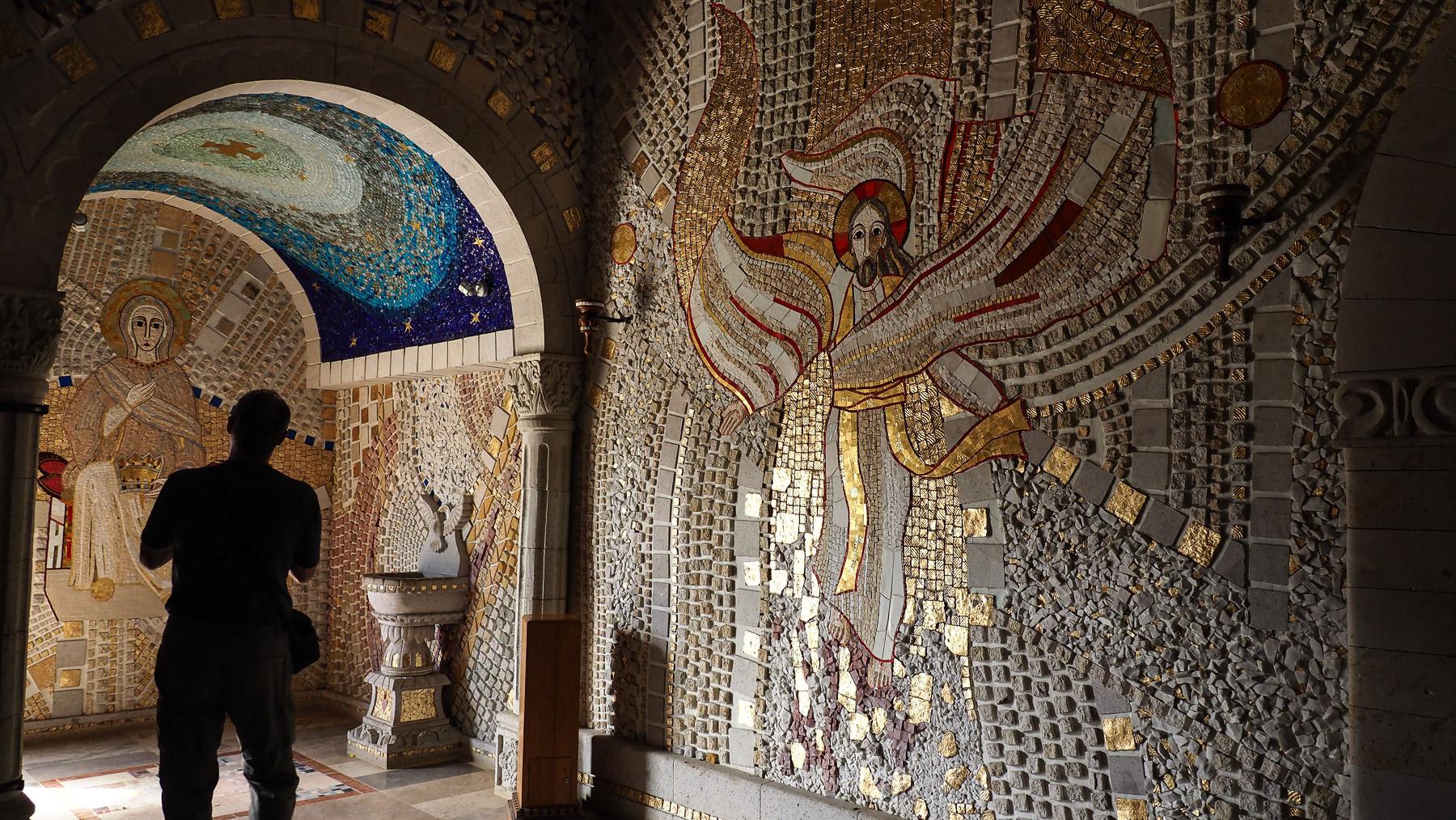 Die Kirche ist  innen komplett mit Glas- und Keramik-Mosaiken bedeckt