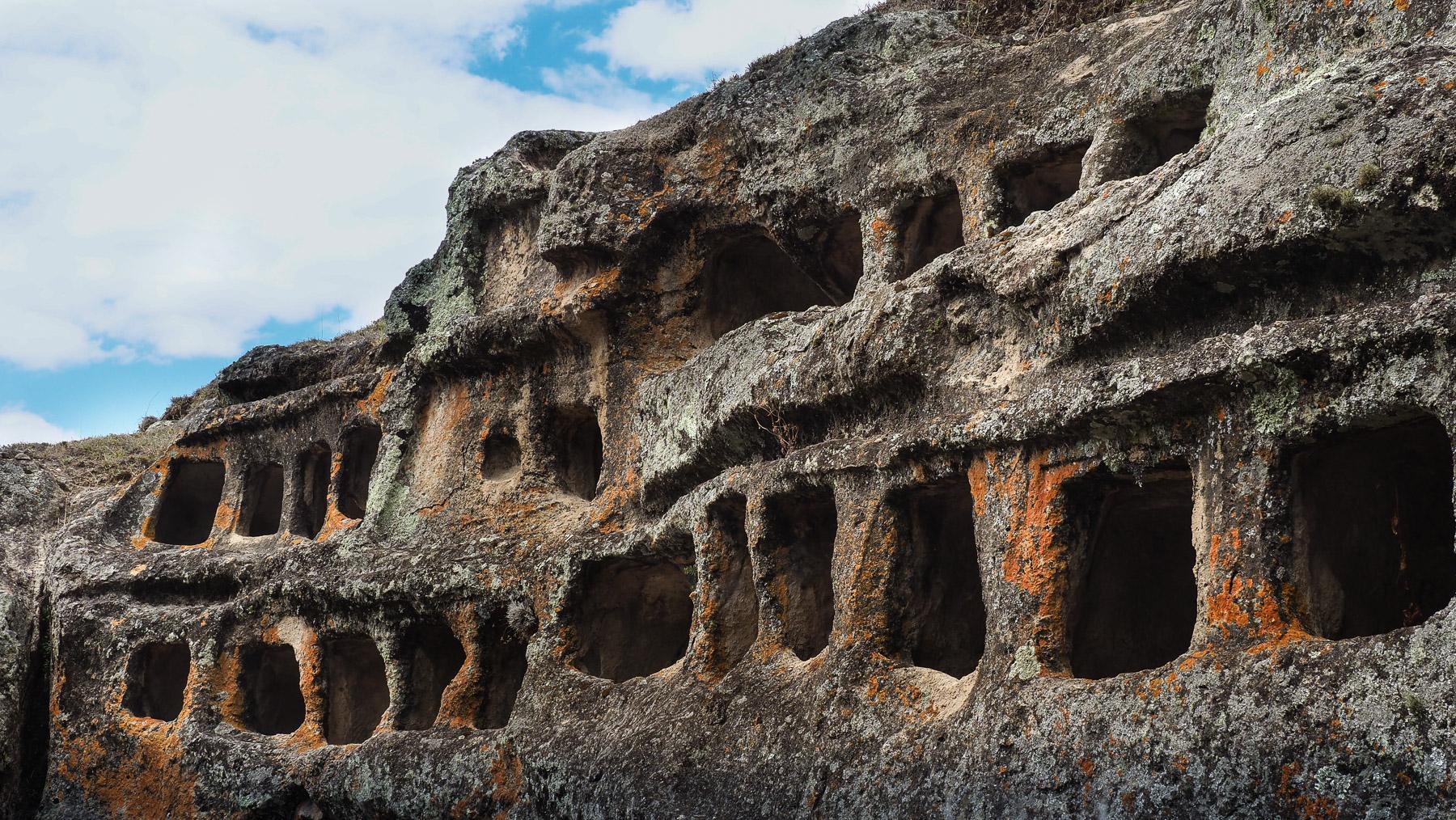 Grabhöhlen in den Felsen