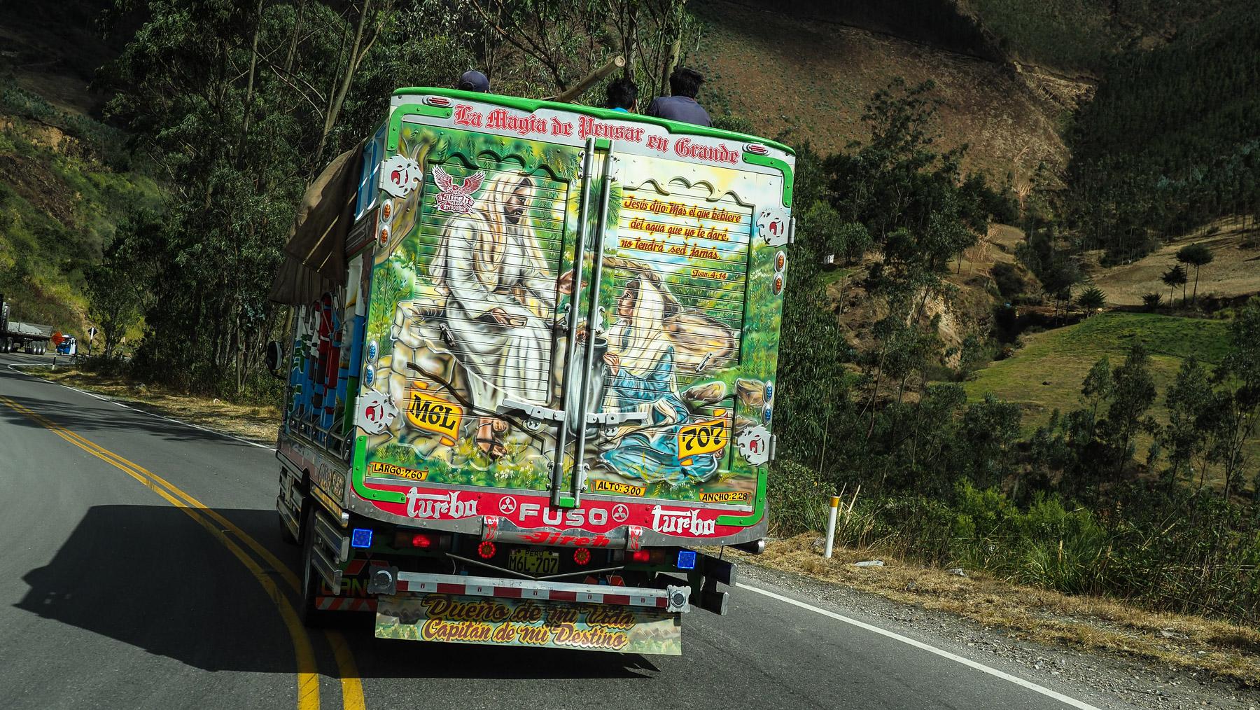 Religiöse Motive auf den Lastwagen sind sehr beliebt in Peru