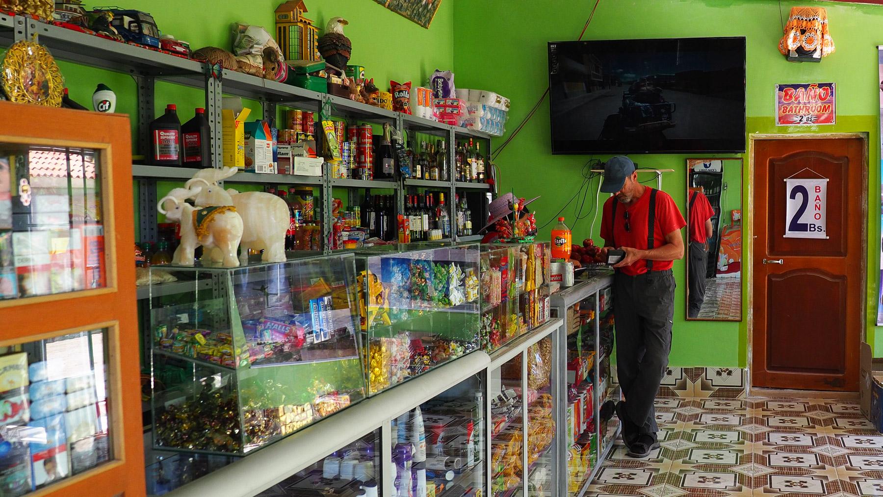 Um ein paar Bolivianos tauschen zu können, kaufen wir hier ein paar Sachen