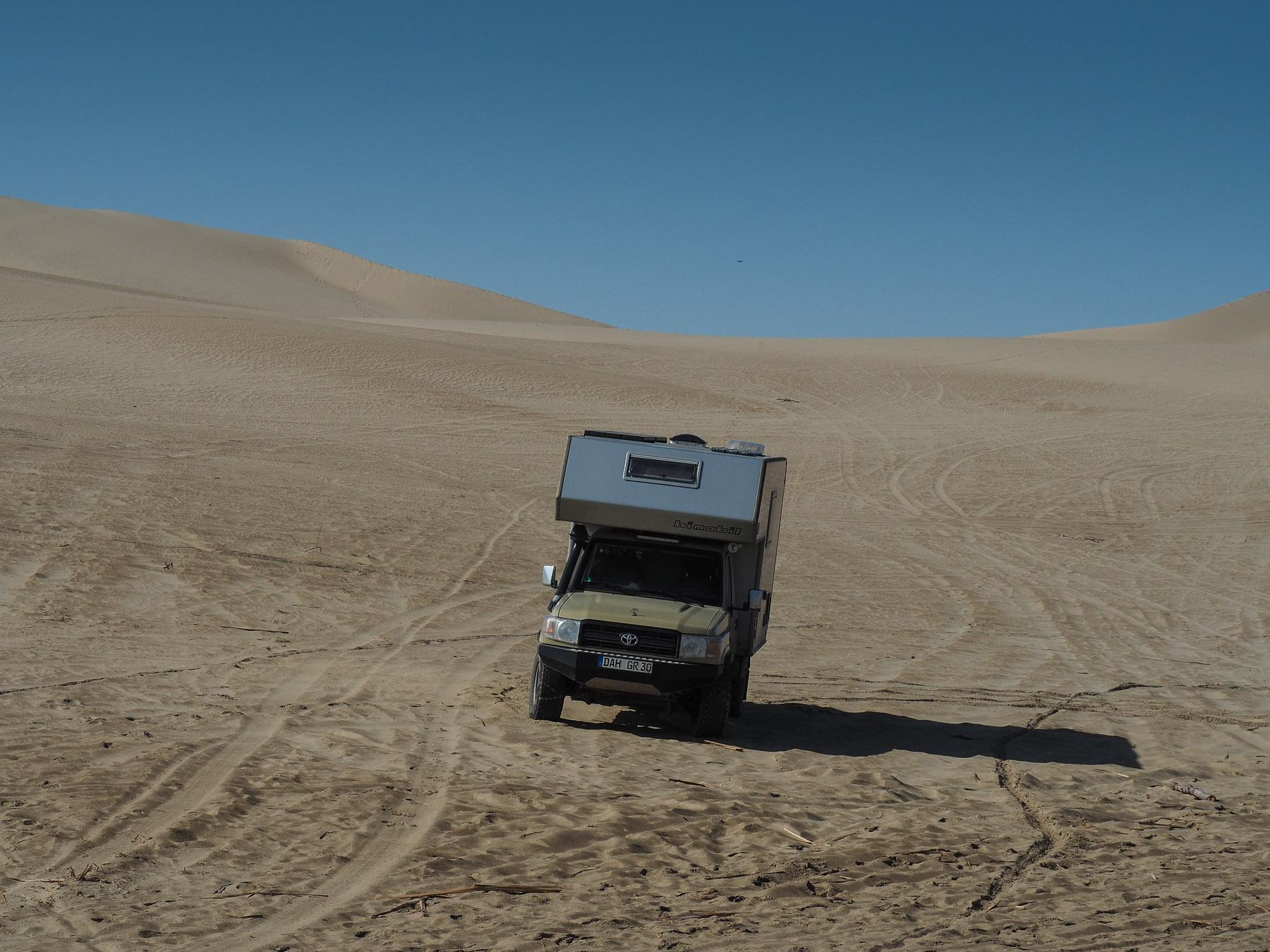 Der Toyota im Wüstensand
