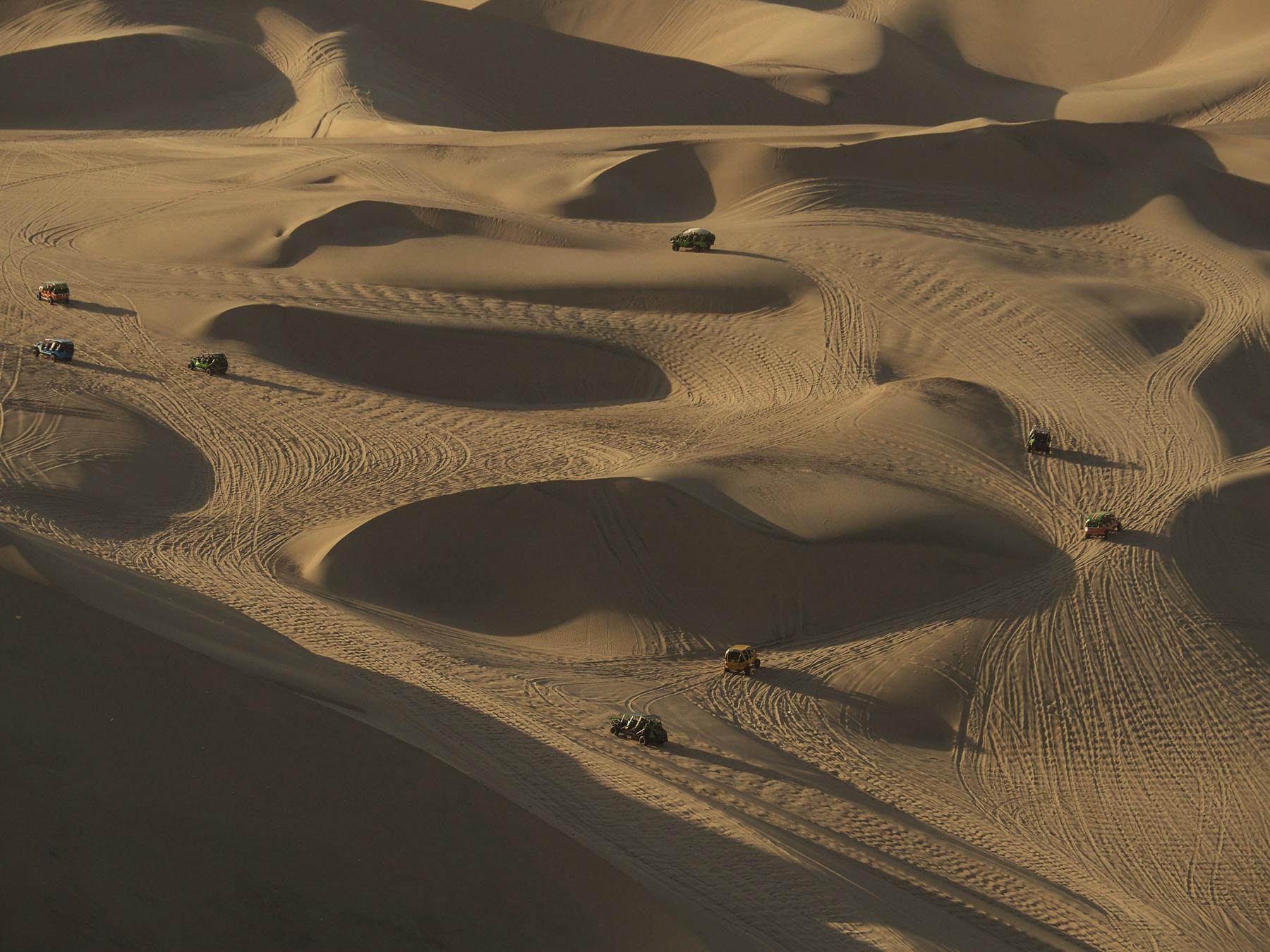 Dünenbuggies röhren durch den Sandkasten