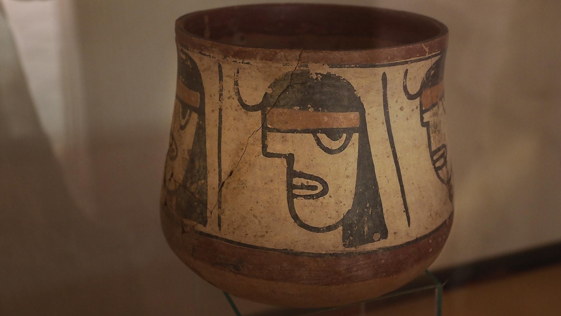 Tongefäß der 2000 Jahre alten Nasca Kultur mit modern wirkender Darstellung