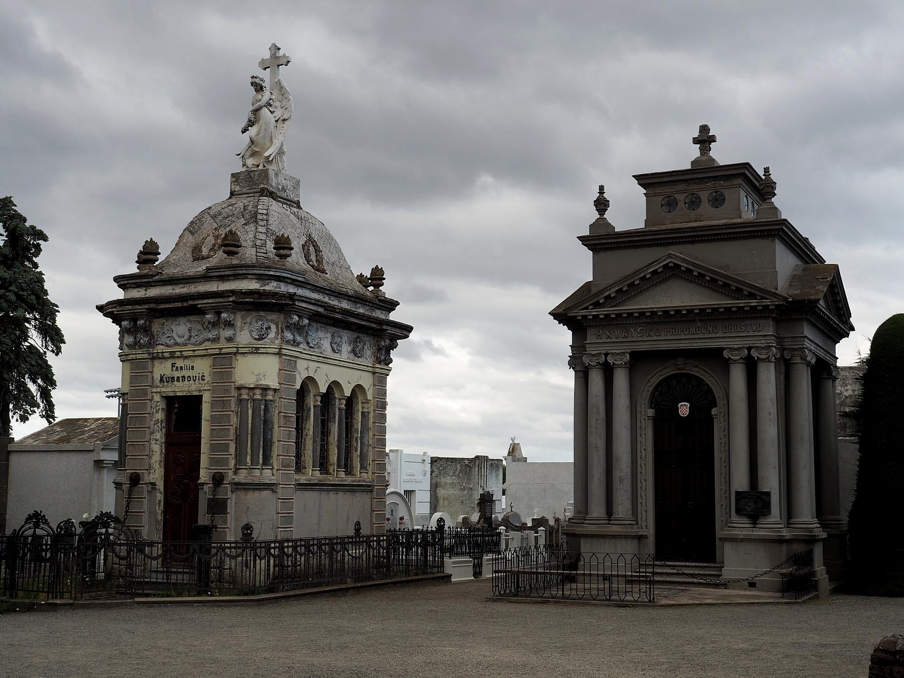Interessanter Friedhof, mit Grabstellen von groß ...