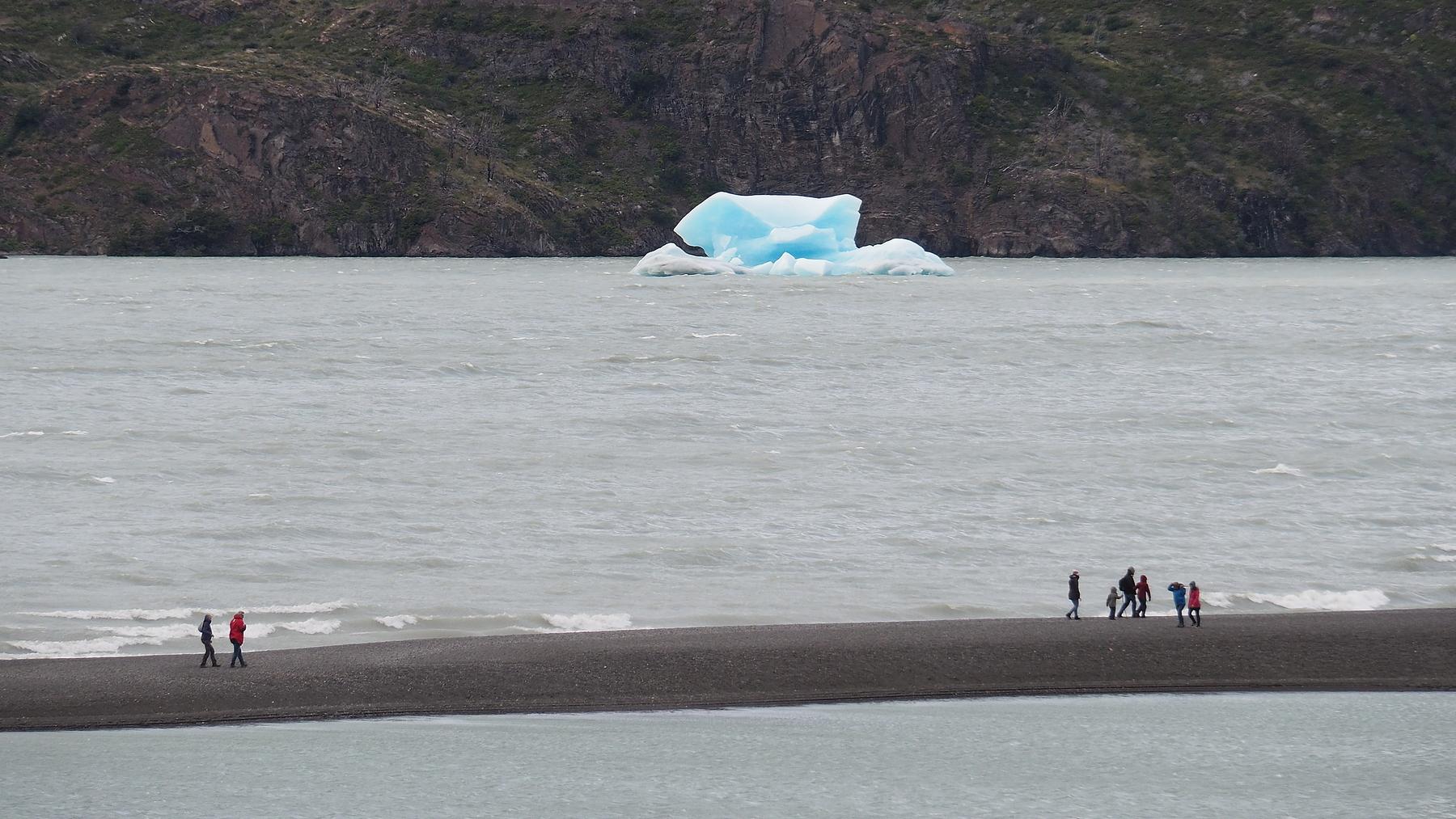 Ein kleiner Eisberg hat es bis zu unserem Ende des Sees geschafft