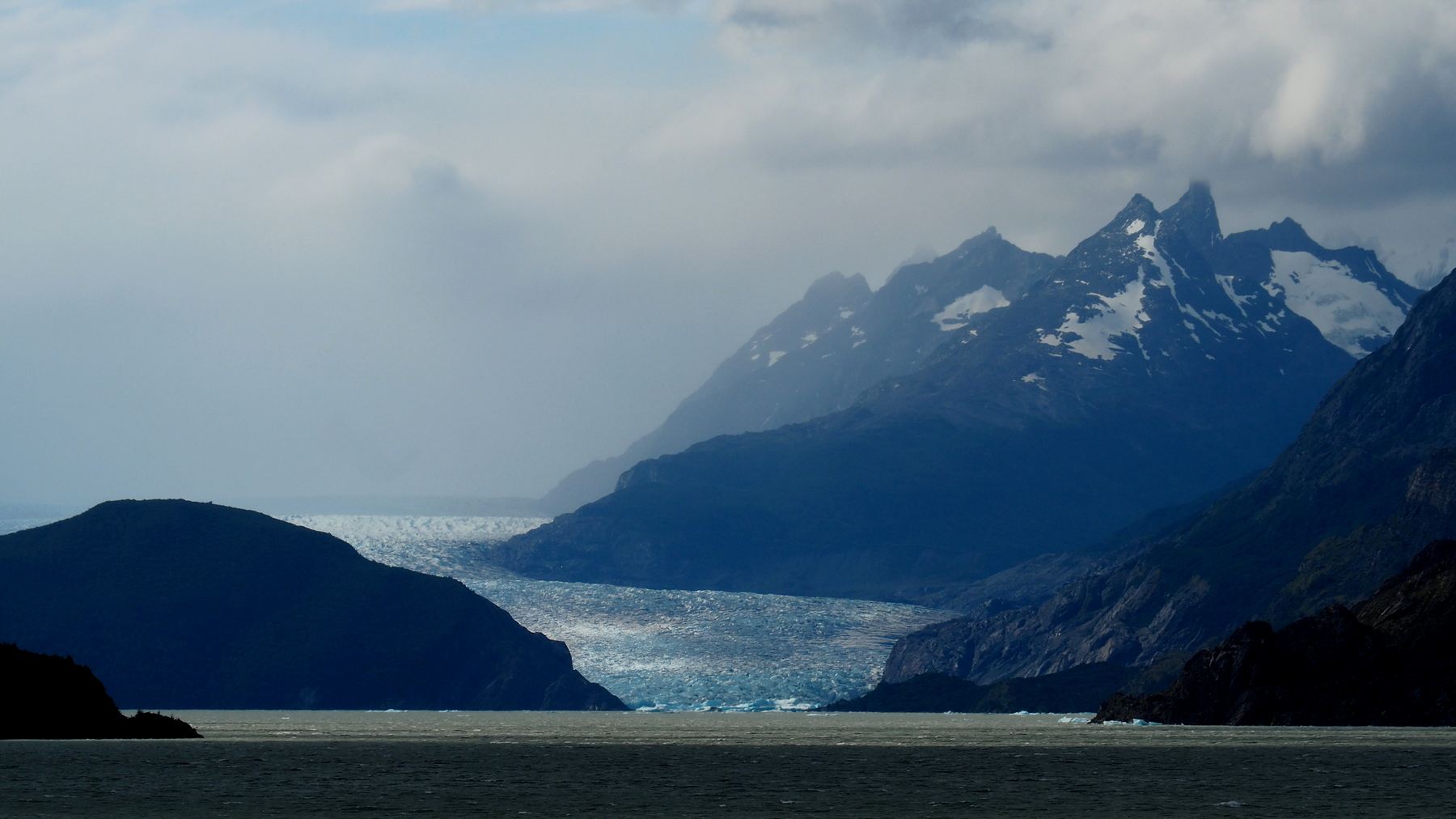 Blick mit dem Tele auf den Gletscher am anderen Ende des Sees