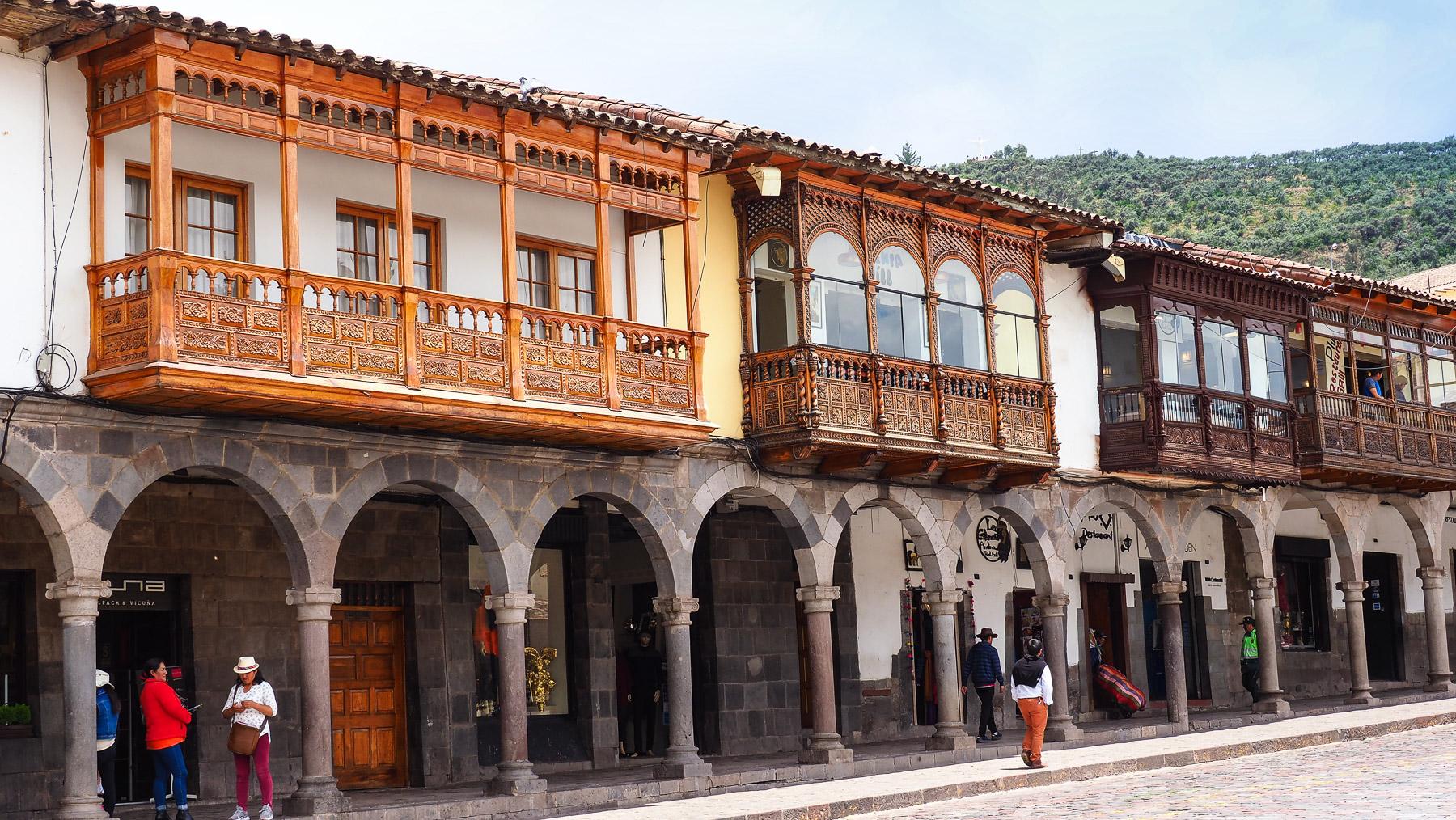 Spanische, schön geschnitzte Holzbalkone